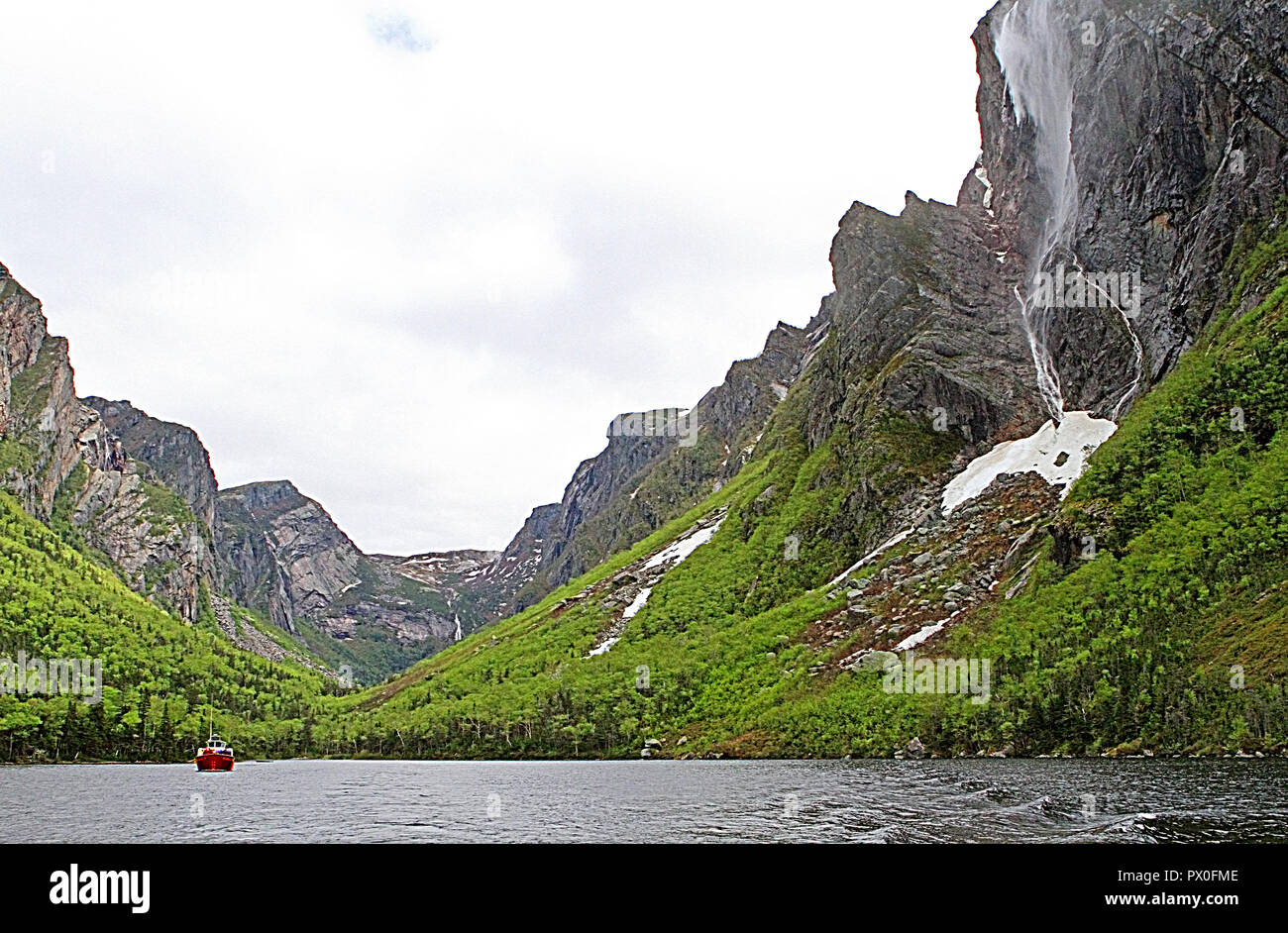Water falls in Western Brook Pond, Gros Morne National Park, Newfoundland, Canada, Tabletop Mountains, inland fjiord - Stock Image