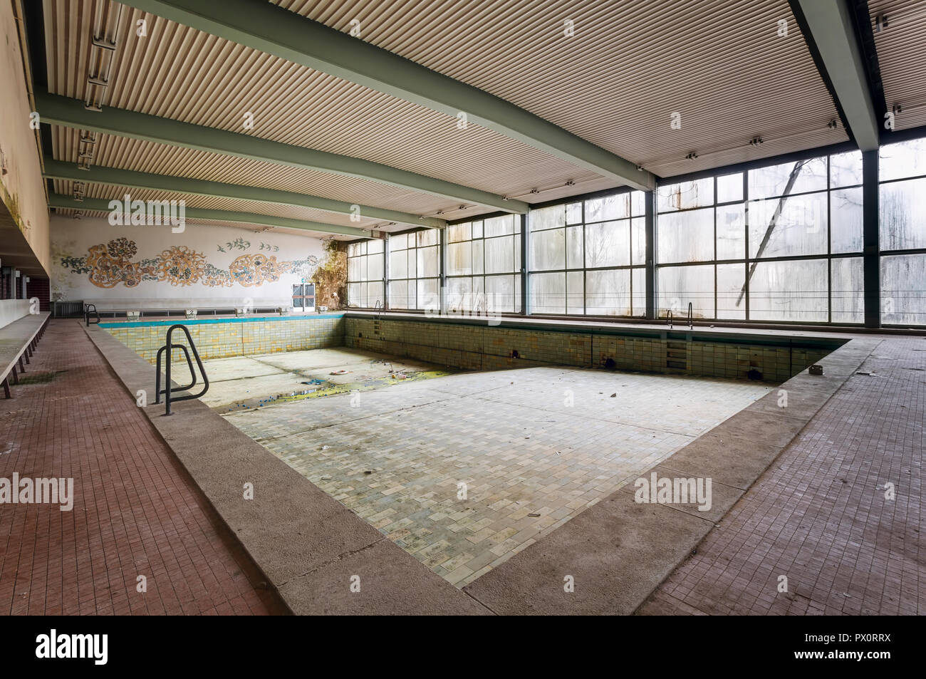 Page 3 Empty Abandoned Swimming Pool Old High Resolution Stock Photography And Images Alamy
