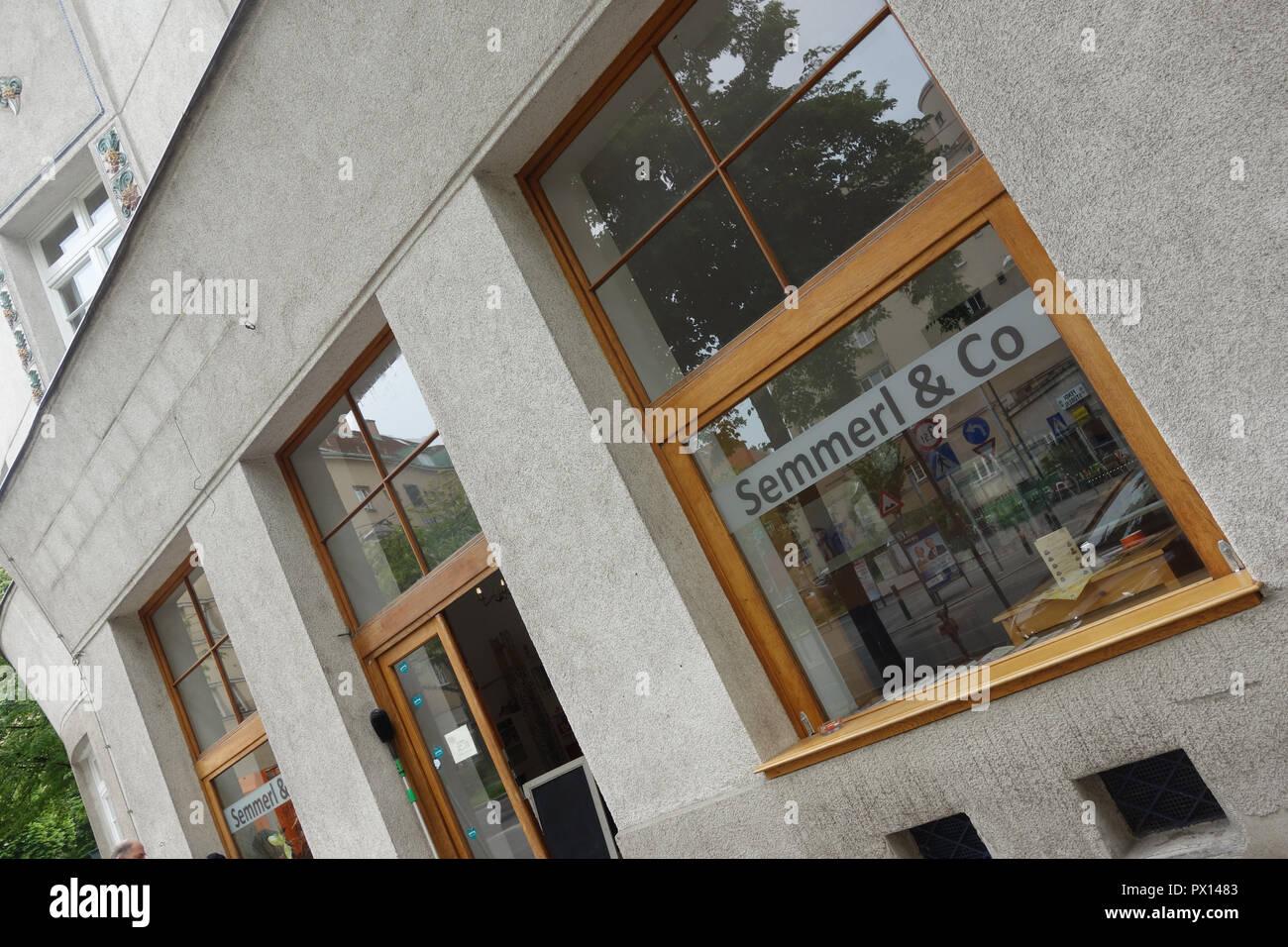 Wien, Gemeindebau des 'Roten Wien' - Vienna, Council Tenement Block, 'Red Vienna', Greisslerei 'Semmerl' im Metzleinstaler-Hof, Margaretengürtel 90–98 Stock Photo
