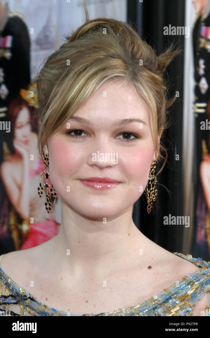 Julia Stiles  03/28/04 'Prince & Me' Premiere  @ Grauman's Chinese theatre, Hollywood Photo by Kazumi Nakamoto/HNW / PictureLux  March 28, 2004   File Reference # 33686_638HNWPLX - Stock Image