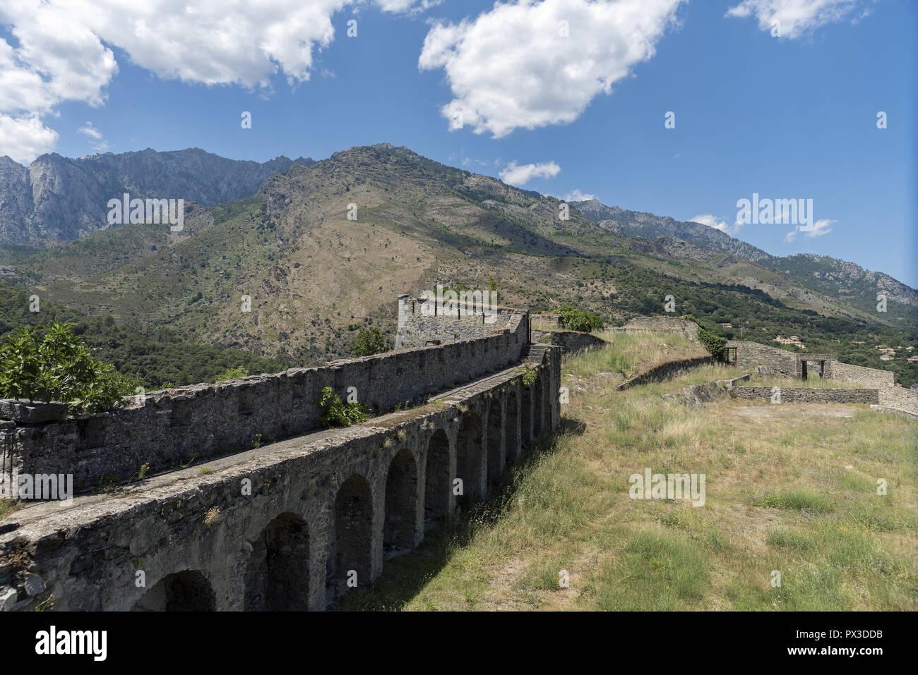 Mountains around the city of Corte. Defensive wall. Mur obronny. Góry w okolicy miasta Corte. - Stock Image