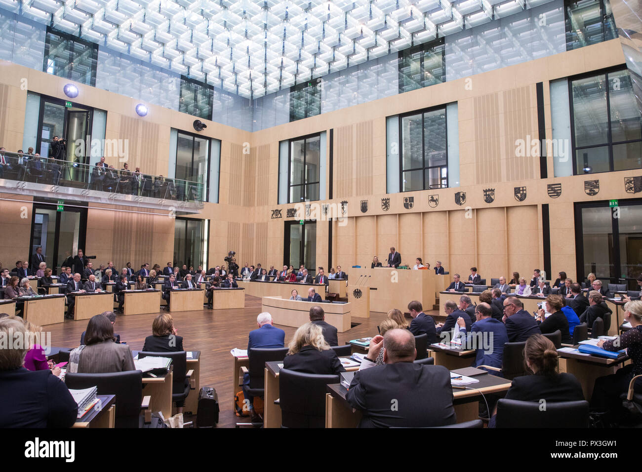 Berlin, Germany. 19th Oct, 2018. Michael Müller (SPD), Governing Mayor of Berlin, addresses the Bundesrat before handing over the presidency. The Upper House (Bundesrat) is also dealing with the grand coalition's plans for legislation on kindergarten quality, pension stabilization, and affordable rental housing. Credit: Jens Büttner/dpa-Zentralbild/dpa/Alamy Live News - Stock Image