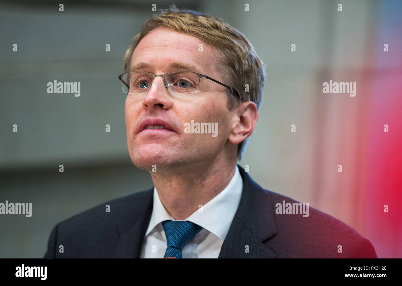 Berlin, Germany. 19th Oct, 2018. Daniel Günther (CDU), Prime Minister of Schleswig-Holstein, goes to the meeting of the Bundesrat. From 01.11.2018 Günther will take over the chairmanship of the Länderkammer. The Upper House (Bundesrat) is also dealing with the grand coalition's plans for legislation on kindergarten quality, pension stabilization, and affordable rental housing. Credit: Jens Büttner/dpa-Zentralbild/dpa/Alamy Live News Stock Photo