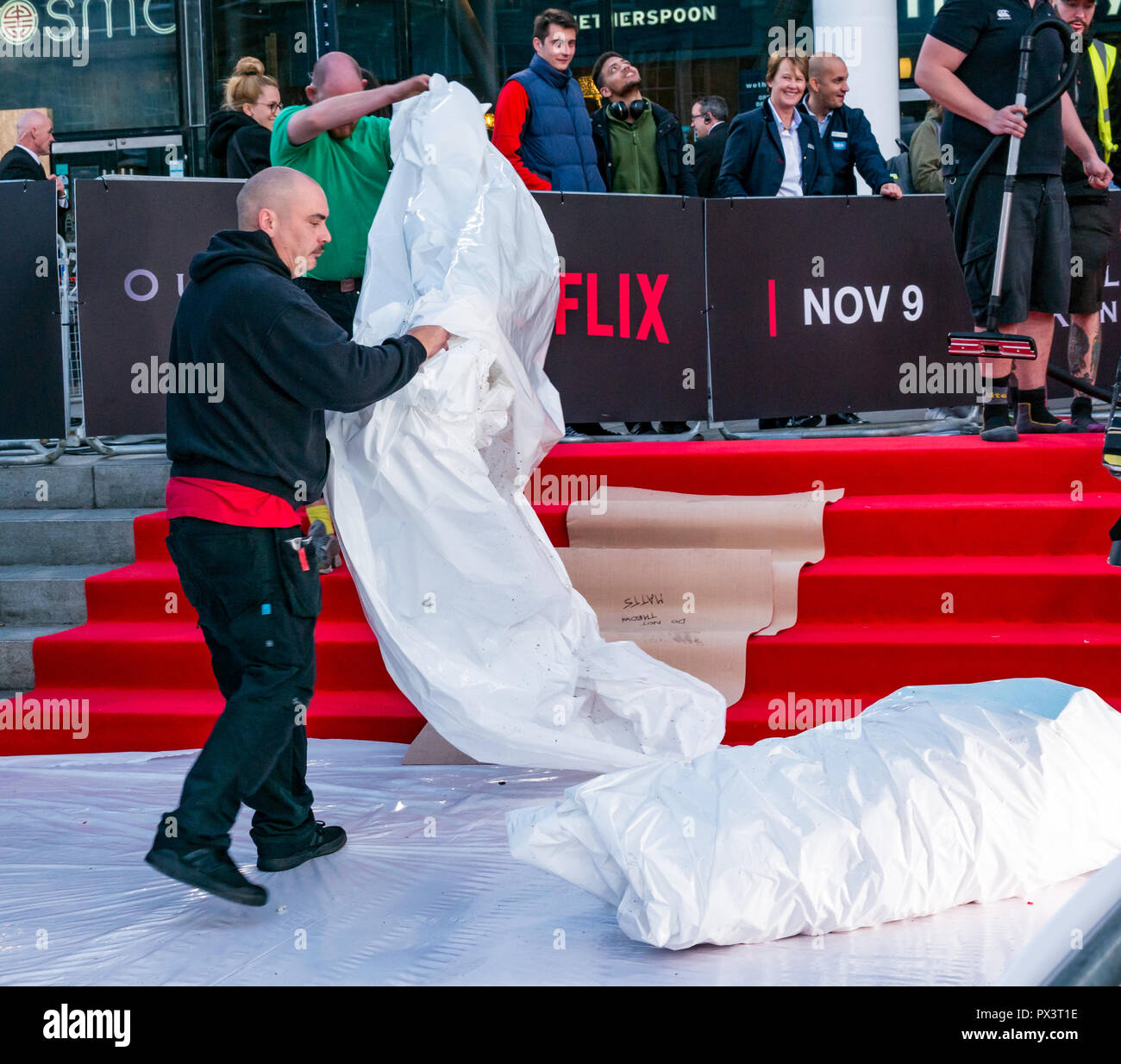 Vue Omni, Leith Walk, Edinburgh, Scotland, United Kingdom, 19th October 2018. Stars attend the Scottish premiere of Netflix Outlaw King. The red carpet is laid out the for the cast and team producing Netflix's latest blockbuster film, Last minute preparations preparing the red carpet - Stock Image