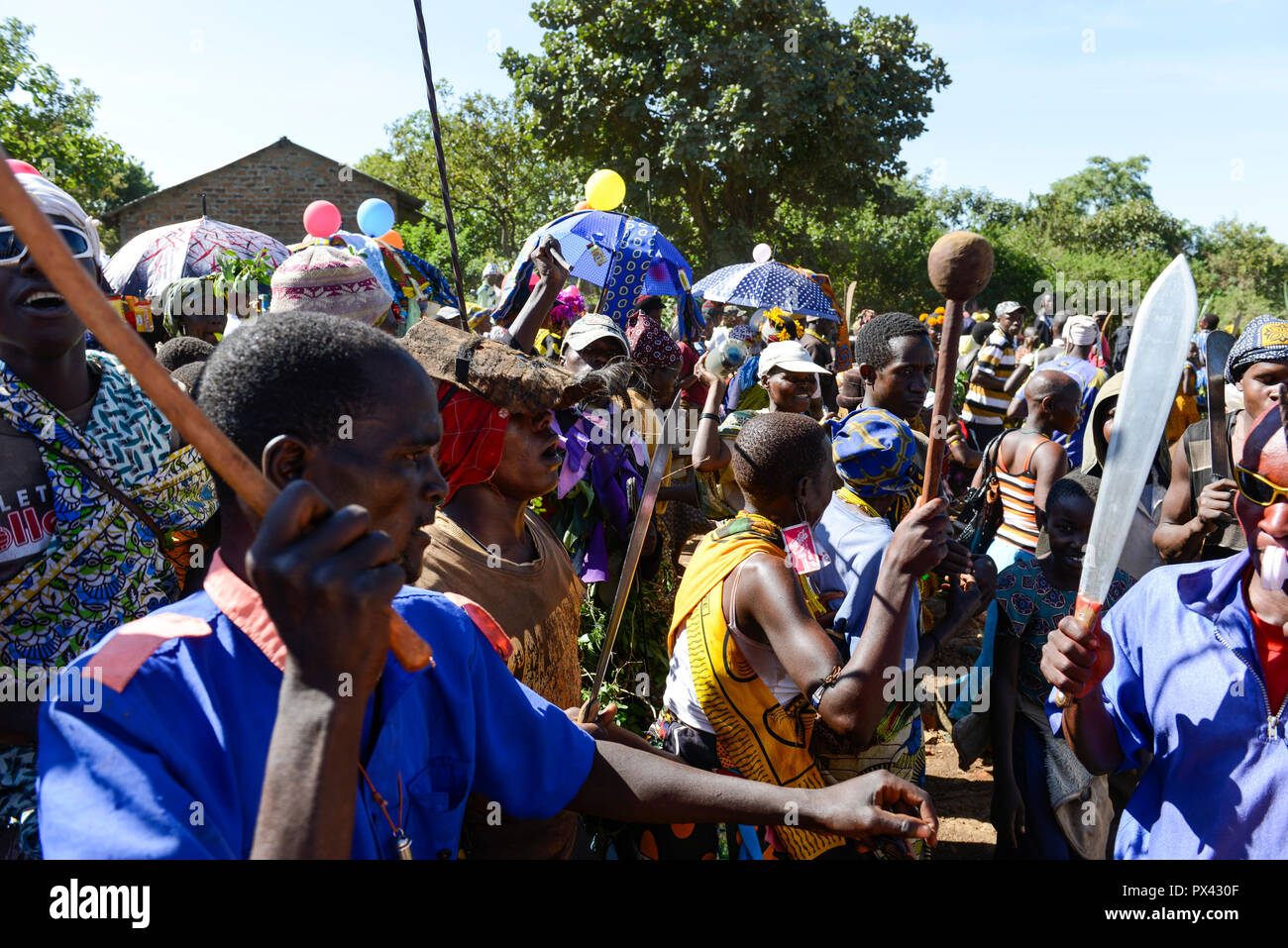 TANZANIA Mara, Tarime, village Masanga, region of the Kuria tribe who practise FGM Female Genital Mutilation, procession to cutting place during cutting season / TANSANIA Mara, Tarime, Dorf Masanga, in der Region lebt der Kuria Tribe, der FGM praktiziert, Prozession zum Beschneidungsplatz - Stock Image