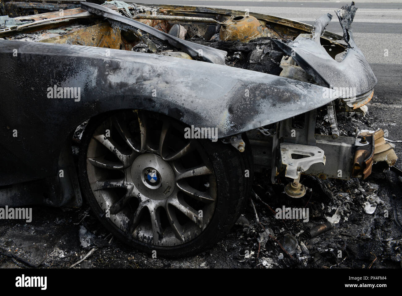 GERMANY, Hamburg, G-20 summit, riots, radicals have burned cars on the streets, burned cabriolet BMW roadster  / DEUTSCHLAND, Hamburg, G20 Gipfel in Hamburg, Randale, abgebrannte Autos Stock Photo