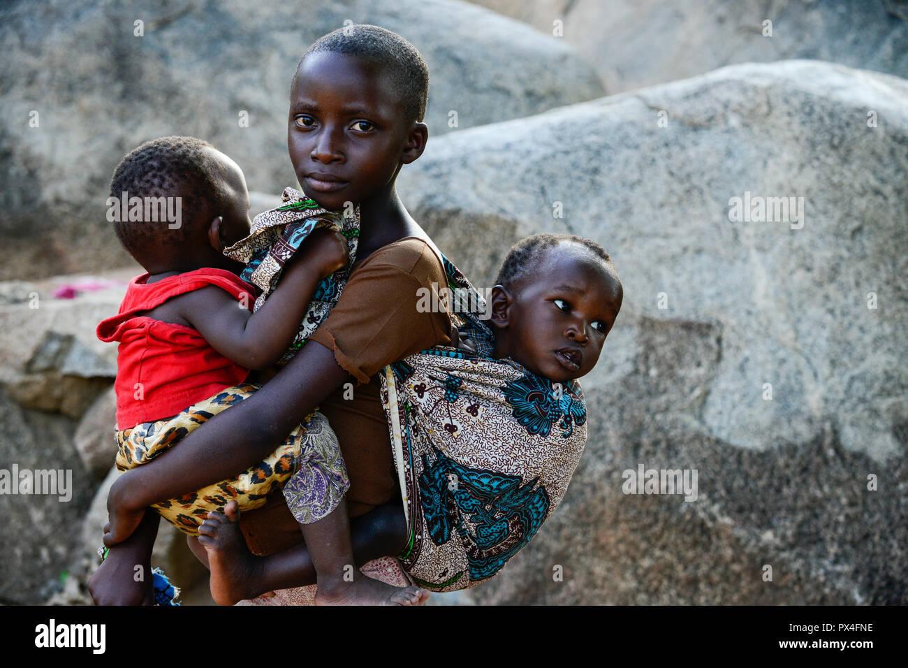 TTANZANIA, Mara Region, Musoma, village Bokabwa, Luo tribe, elder children must take care for their smaller siblings / Tansania Region Mara, Musoma, Dorf Bokabwa, Luo Volksstamm, Kinder - Stock Image