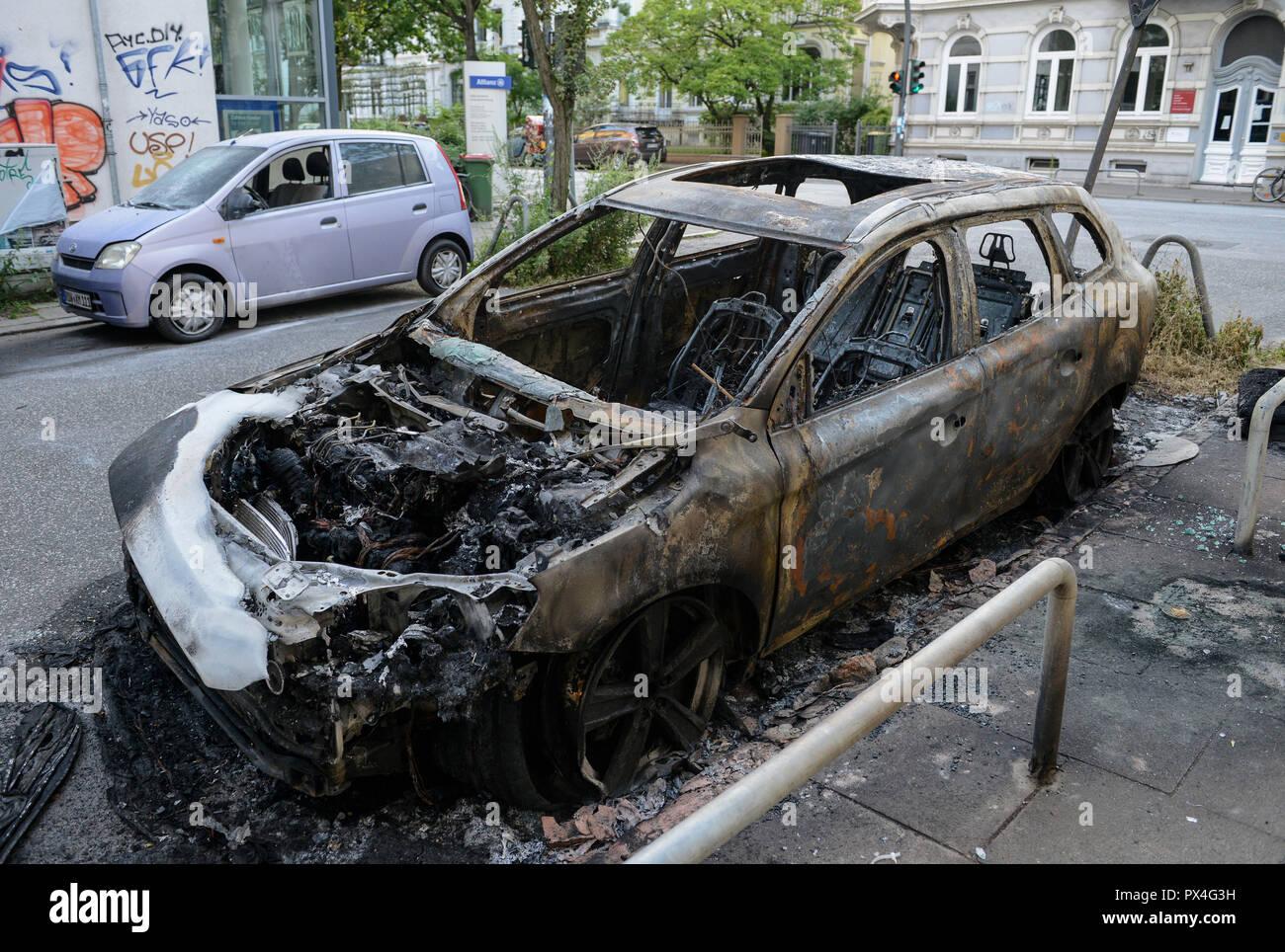 GERMANY, Hamburg, G-20 summit, riots, radicals have burned cars on the streets  / DEUTSCHLAND, Hamburg, G20 Gipfel in Hamburg, Randale, abgebrannte Autos - Stock Image