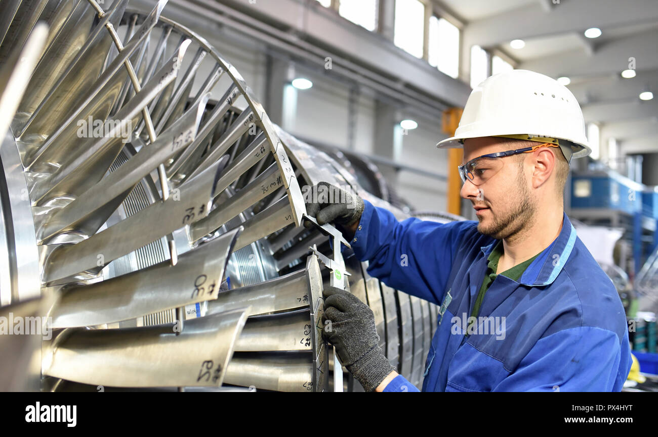 workers manufacturing steam turbines in an industrial factory - Stock Image