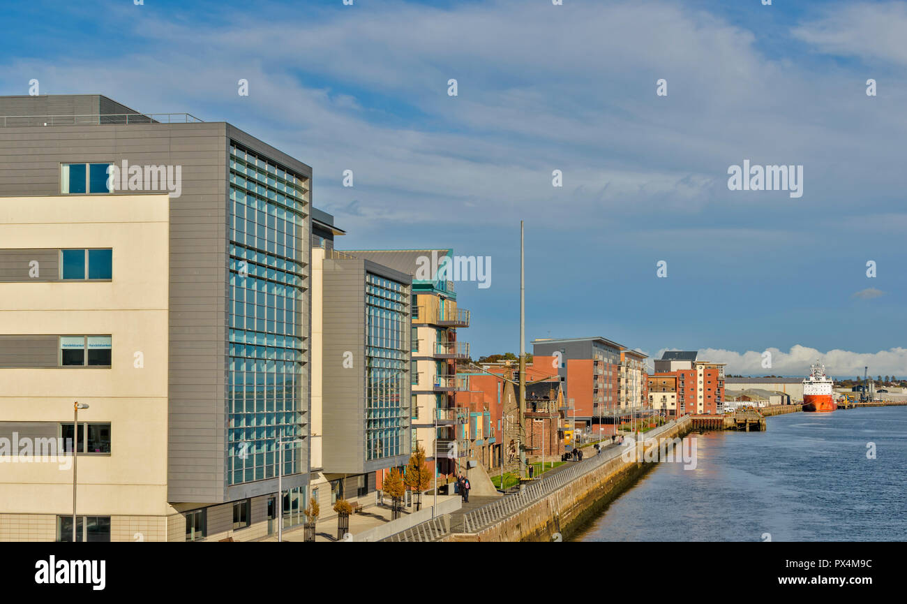 DUNDEE SCOTLAND THE WATERFRONT AND NEW HOUSING DEVELOPMENT - Stock Image