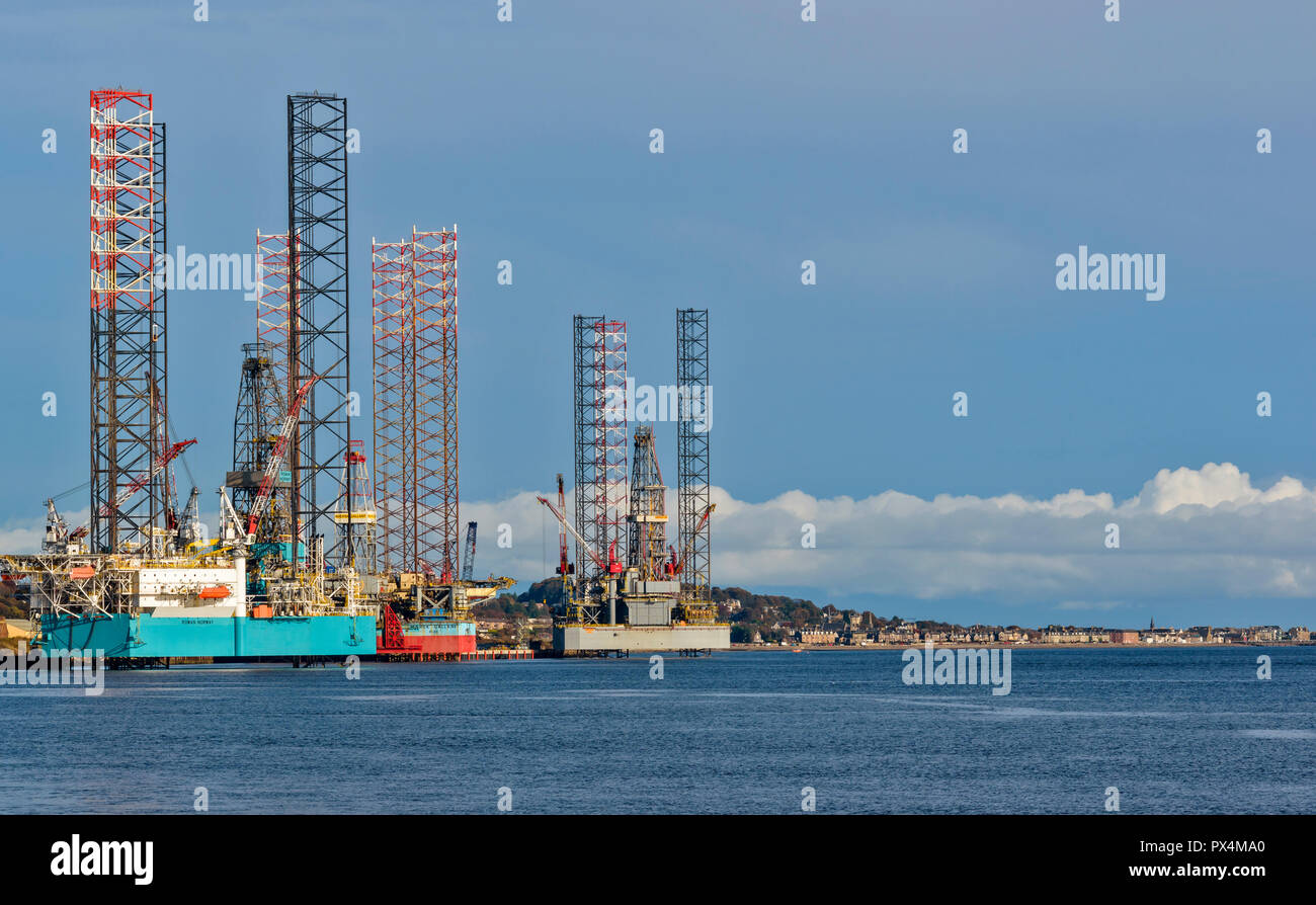 DUNDEE SCOTLAND THE WATERFRONT LOOKING TOWARDS BROUGHTY FERRY AND THE DECOMMISSIONING OF NORTH SEA OIL RIGS - Stock Image