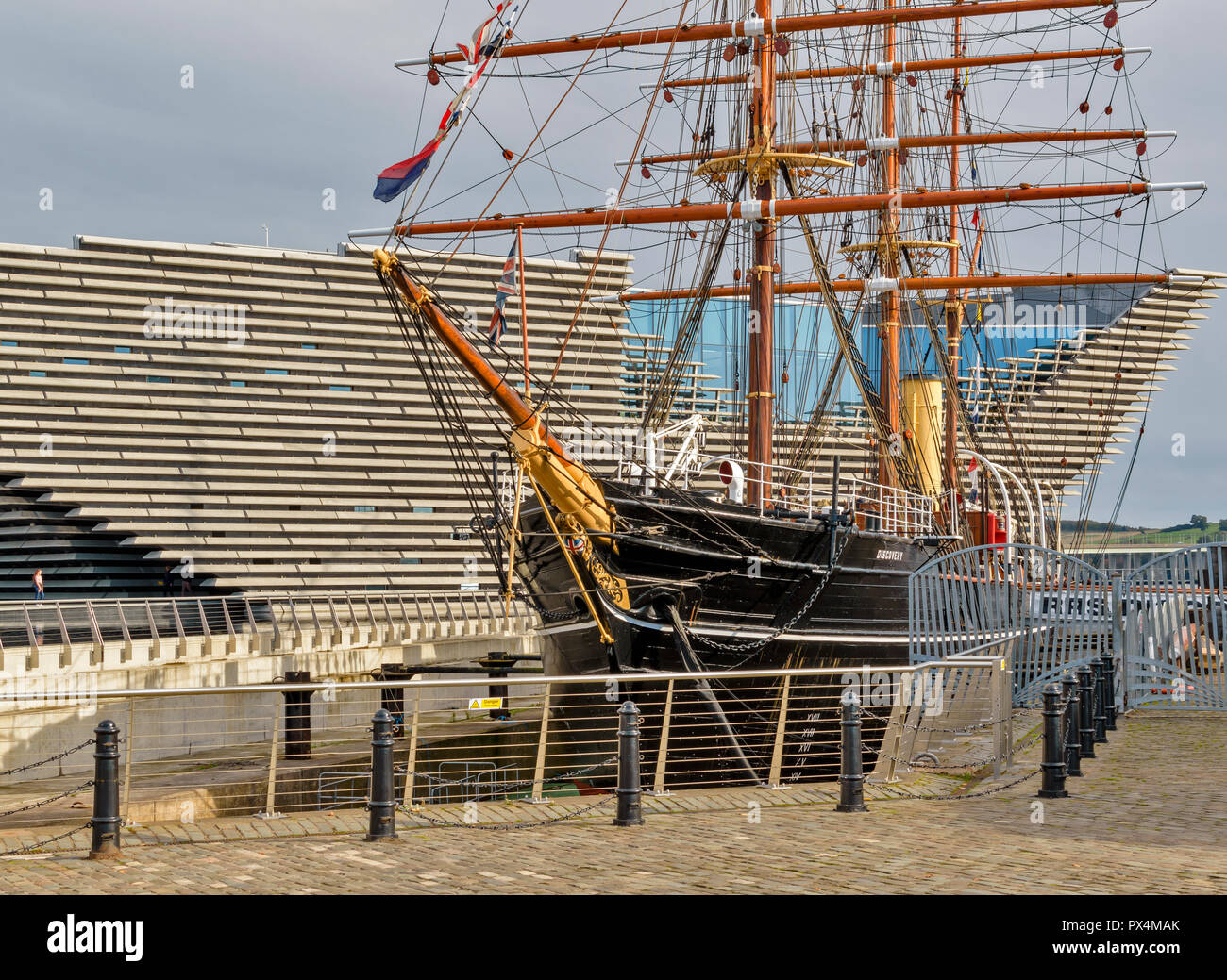RSS DISCOVERY SHIP LYING AT BERTH OUTSIDE THE V A DESIGN MUSEUM DUNDEE SCOTLAND - Stock Image