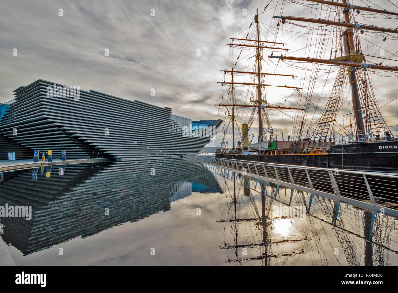 V & A MUSEUM OF DESIGN DUNDEE SCOTLAND EARLY MORNING REFLECTIONS THE BUILDING AND THE SHIP DISCOVERY - Stock Image