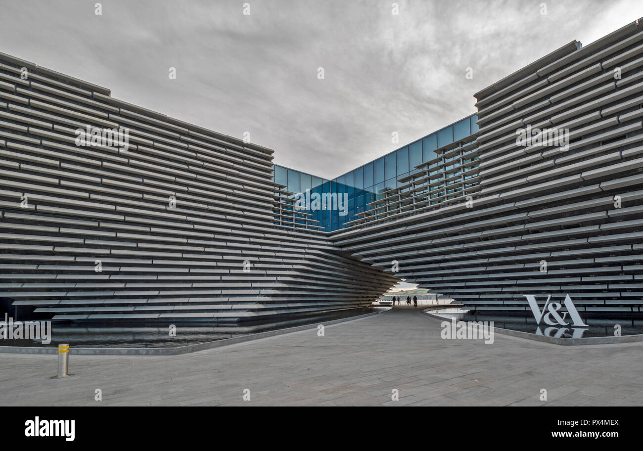 V & A MUSEUM OF DESIGN DUNDEE SCOTLAND THE ARCHWAY AND POOLS Stock Photo