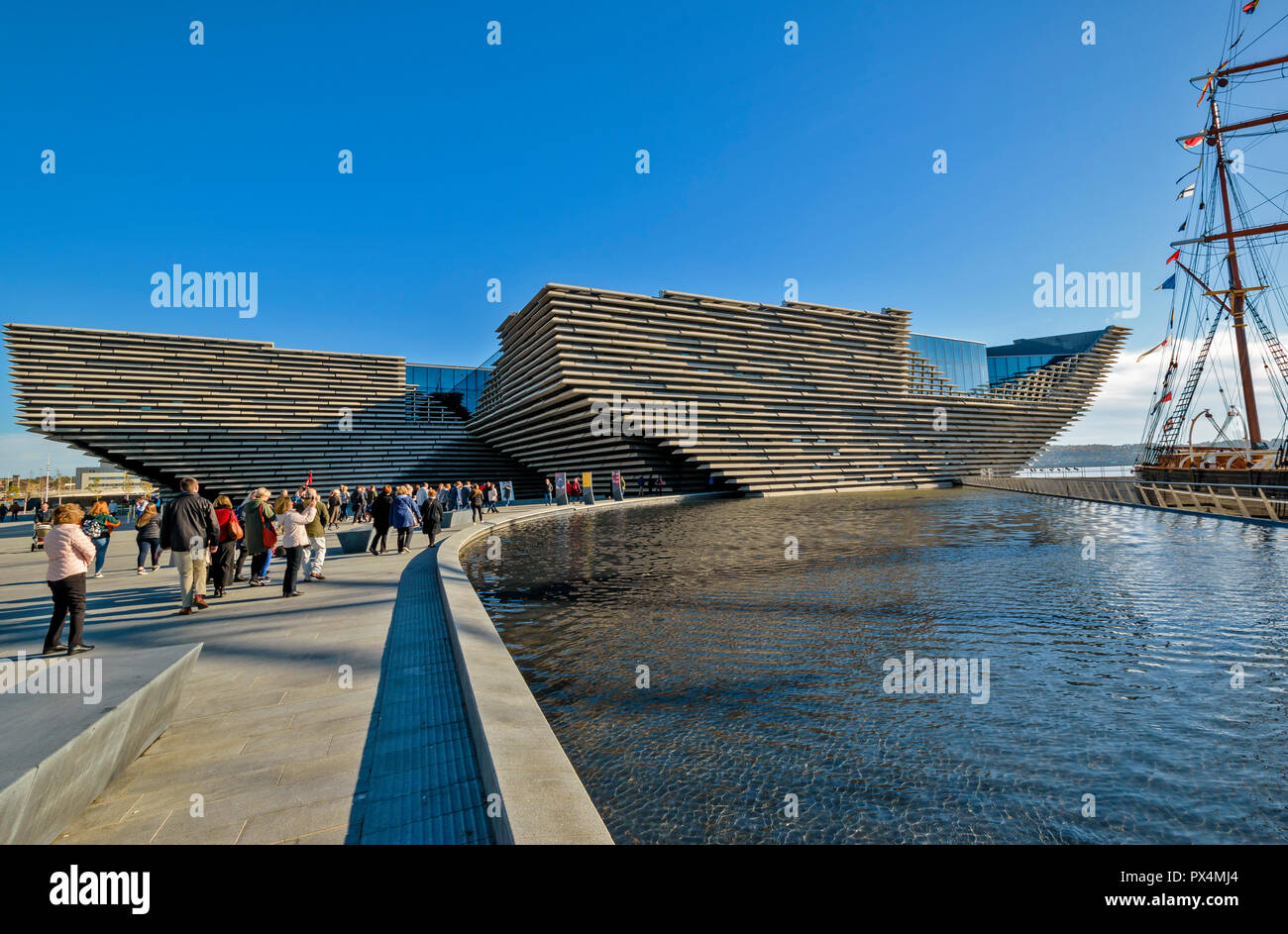 V & A MUSEUM OF DESIGN DUNDEE SCOTLAND THE BUILDING AND MORNING VISITORS Stock Photo