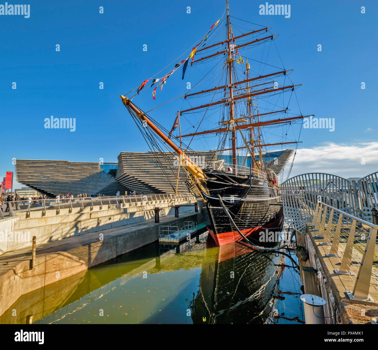 V & A MUSEUM OF DESIGN DUNDEE SCOTLAND THE BUILDING AND RSS DISCOVERY IN DOCK - Stock Image