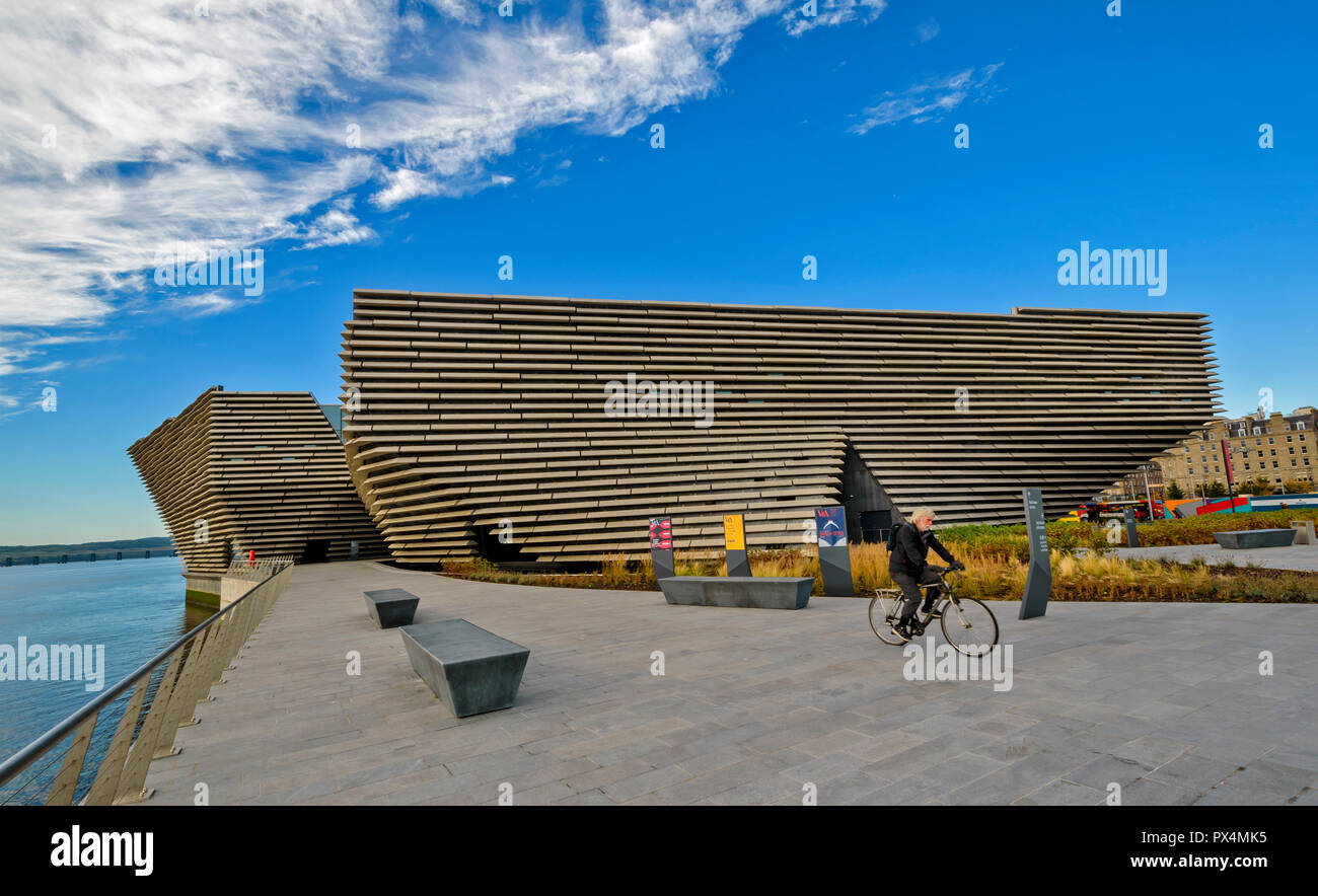 V & A MUSEUM OF DESIGN DUNDEE SCOTLAND THE BUILDING CYCLIST AND SEATING AREA OVERLOOKING THE TAY ESTUARY - Stock Image
