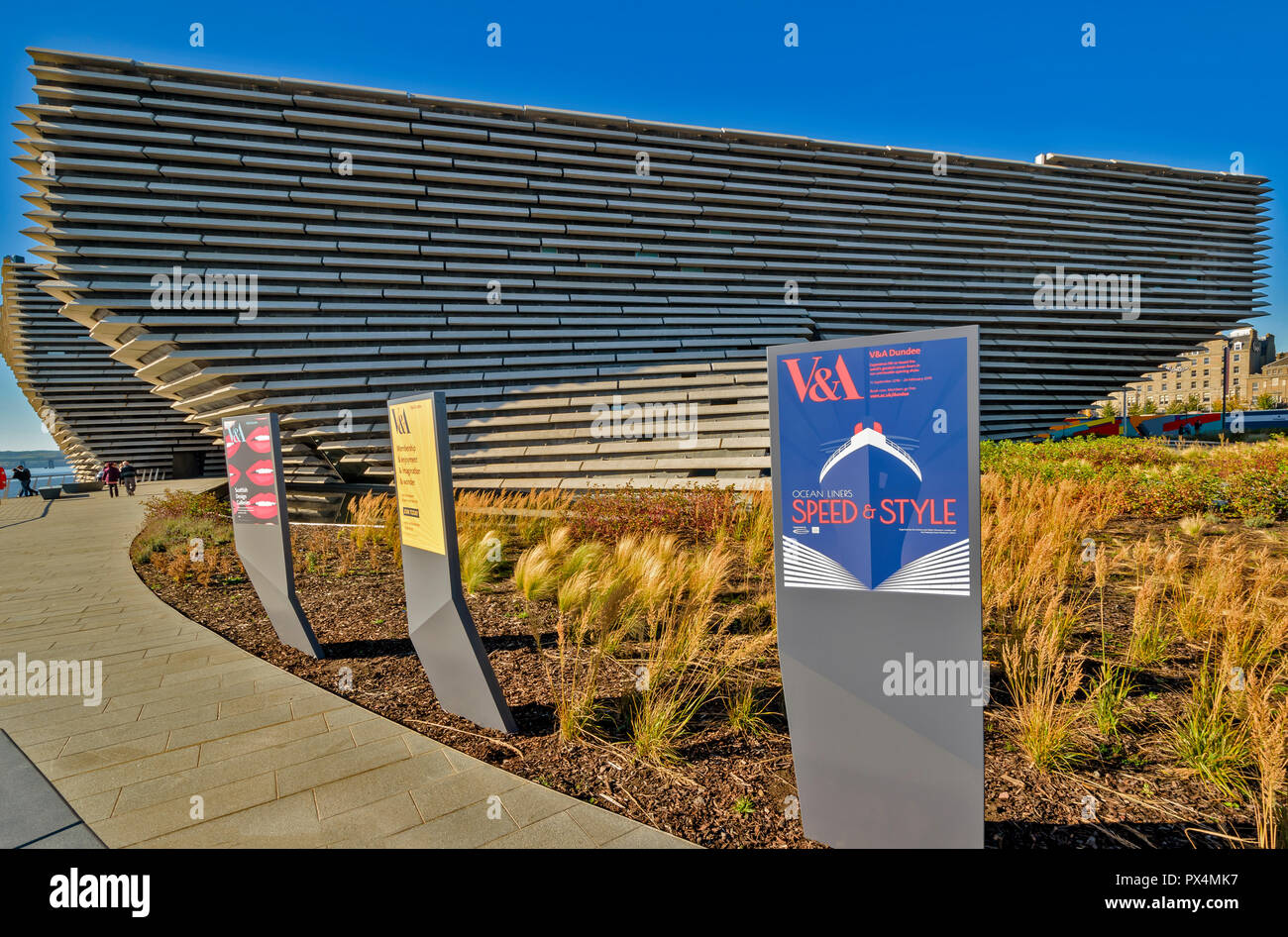 V & A MUSEUM OF DESIGN DUNDEE SCOTLAND THE BUILDING GRASS GARDEN AND SIGNS Stock Photo
