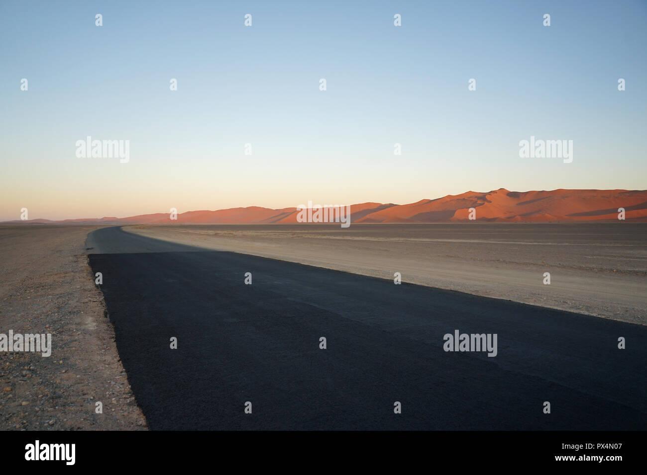 Straße von Sesriem zum Sossusvlei, Morgenstimmung, Namibia, Afrika - Stock Image