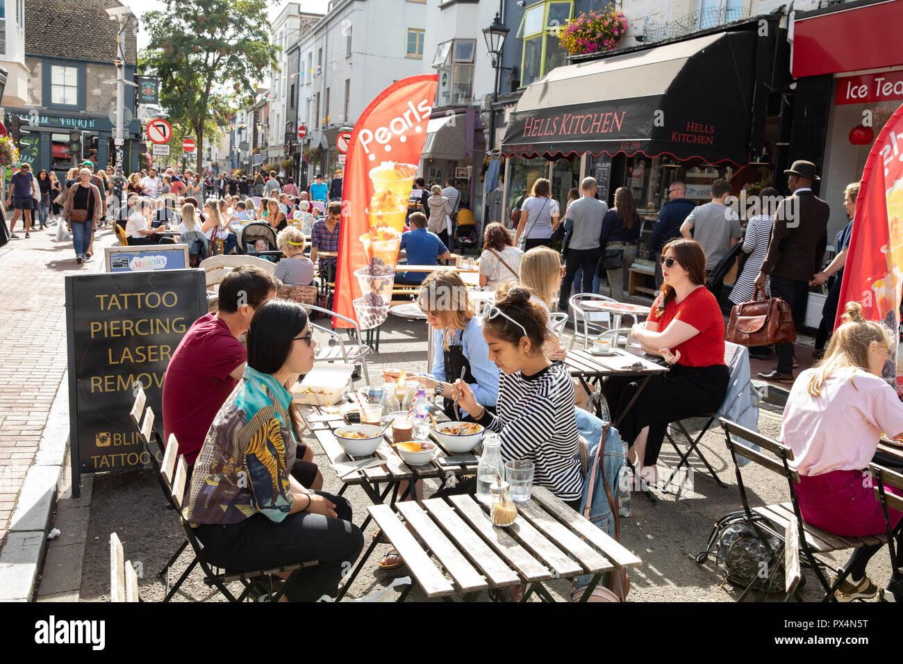 Alfresco dining in Brighton, East Sussex, UK. - Stock Image