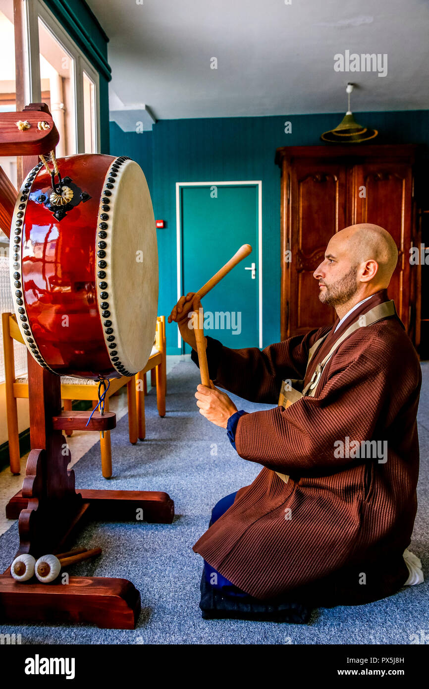 Zen sesshin (retreat) in Lanau, Cantal, France. Master sounding the drum. - Stock Image
