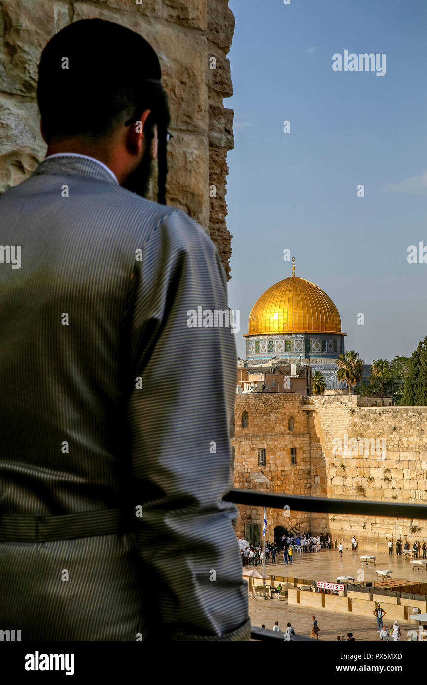 Orthodox jew looking at the Western wall and Dome of the Rock, Jerusalem. Israel. - Stock Image