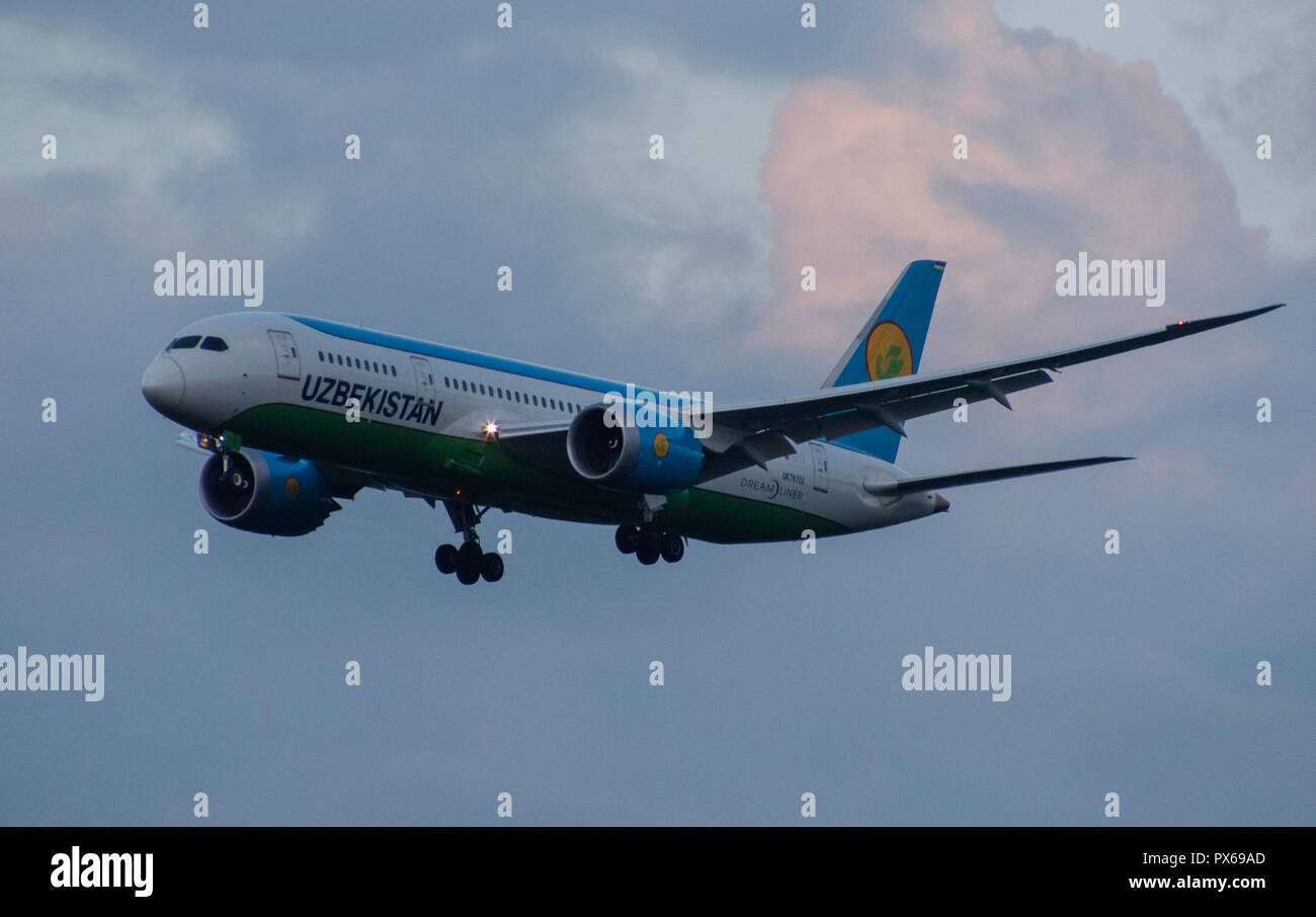 8 JULY 2018 Russia, Moscow. The aircraft Boeing 787-8 Dreamliner Uzbekistan Airways is landing at the Domodedovo airport. - Stock Image