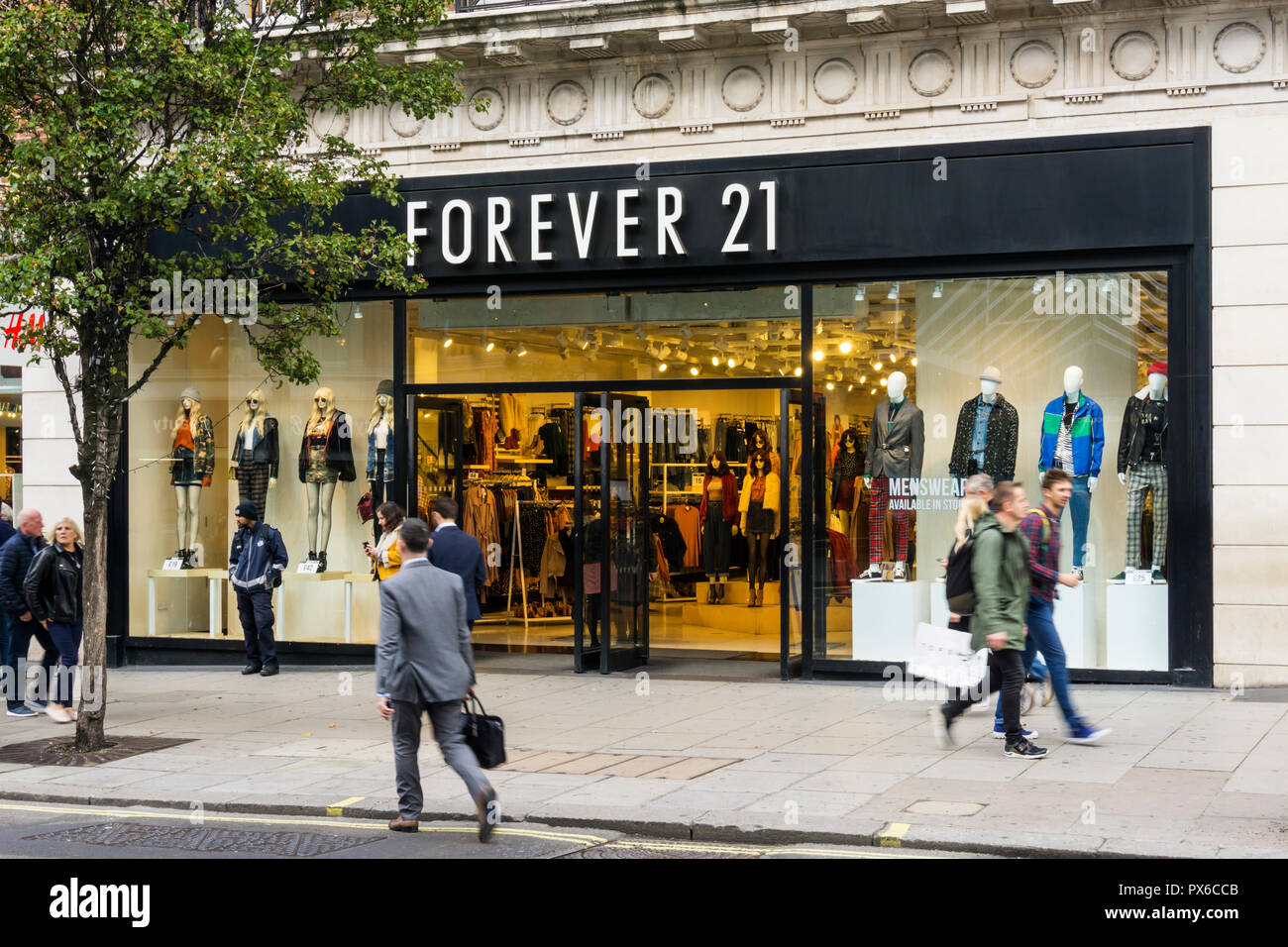 FOREVER 21, is a Californian fast fashion retailer. Shown is shop in Oxford Street, London. - Stock Image