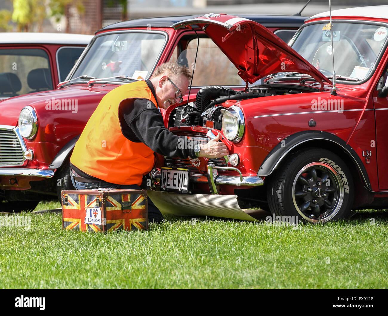 Wellington New Zealand 20th Oct 2018 A Mechanist Inspects A Bmw
