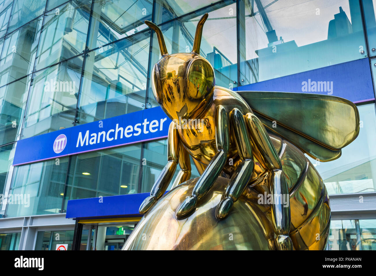 AuBee, by Hydro Monkeys.  One of the Bee in the City sculptures, Piccadilly Station, Manchester, UK. - Stock Image
