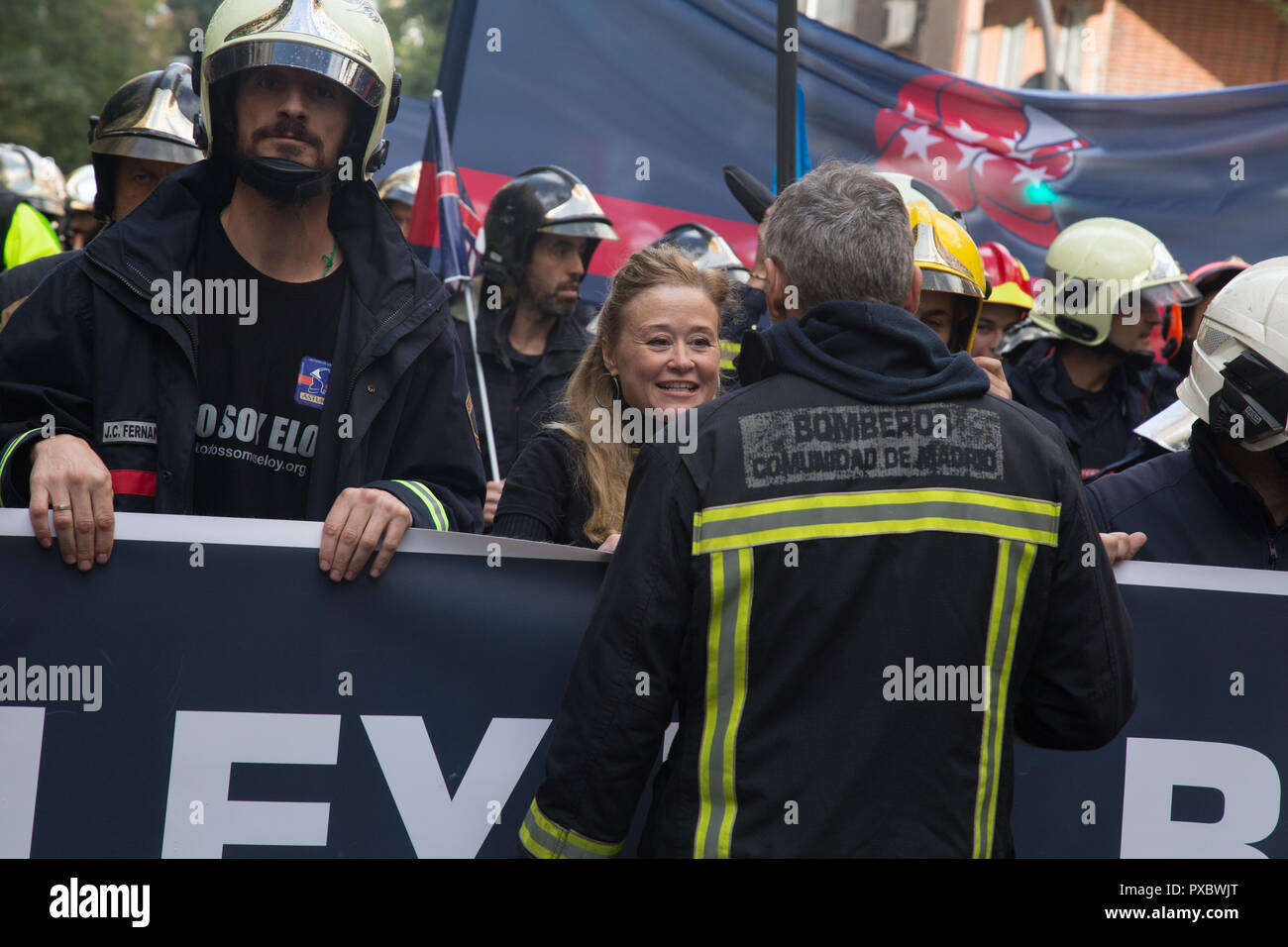 Madrid, Spain. 20th Oct, 2018. Wife of Eloy Palacios, asturian firefighter who was killed seen greeting a firefighter during the protest. Firemen demonstrated in Madrid for a law that guarantees decent working conditions and ends precariousness and insecurity in their work. They also commemorated their colleague Eloy Palacio, the Asturian fireman who was killed in service because he did not have the necessary resources for his work. Credit: SOPA Images Limited/Alamy Live News - Stock Image