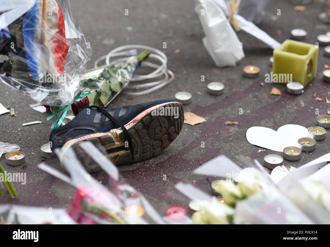 November 14, 2015 - Paris, France: Parisians pay tribute to the victims of the deadly terrorist attacks outside the Bataclan concert hall.  Des chaussures ensanglantees appartenant aux victimes, abandonnees pres du Bataclan, au lendemain des tueries du 13 novembre 2015, dans lesquelles 130 personnes ont ete tuees par des terroristes djihadistes. *** FRANCE OUT / NO SALES TO FRENCH MEDIA *** - Stock Image