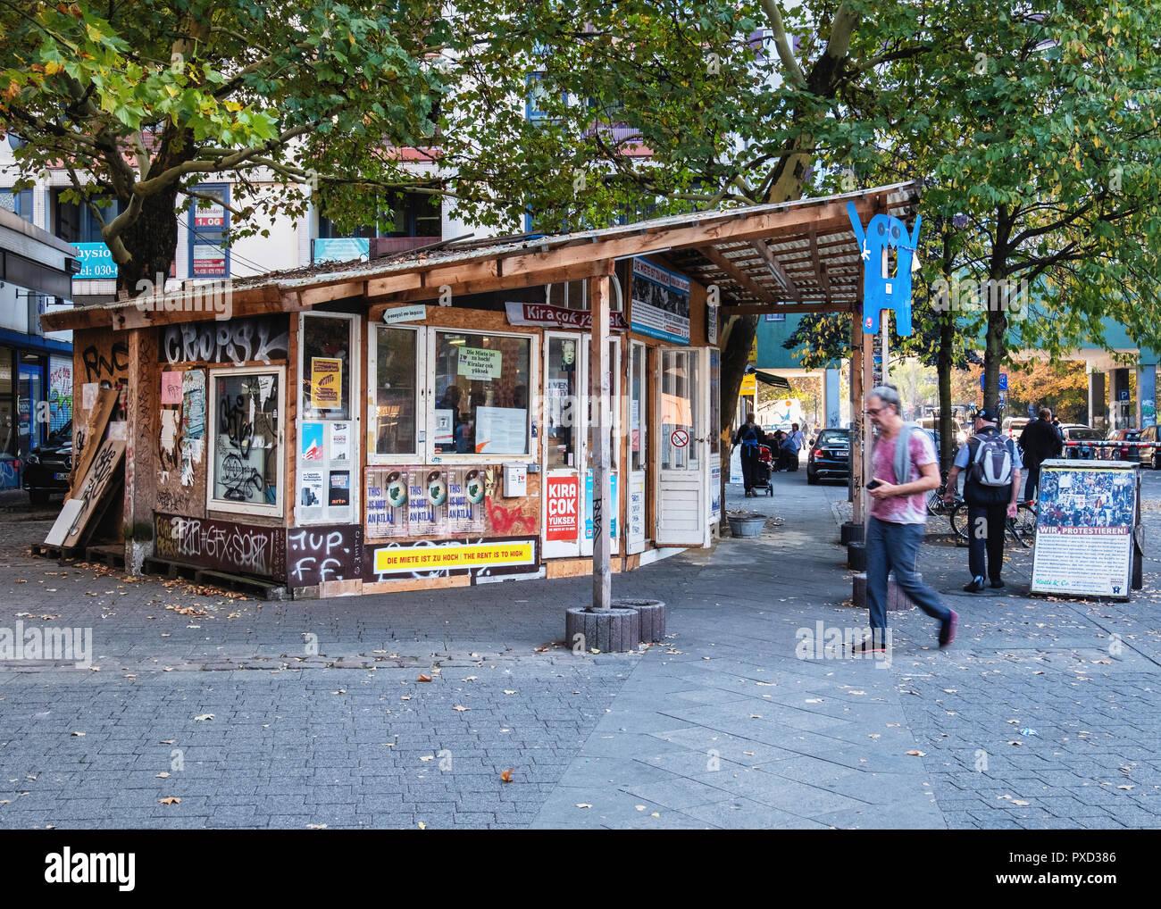 Gecekondu Wood pavilion houses Kotti & Co community project. A protest group representing locals & fighting high rents in Kreuzberg, Berlin. - Stock Image