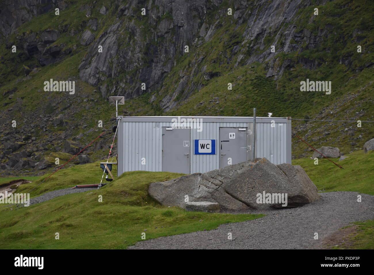 Norwegen, Lofoten, Uttakleiv, WC, Klohäuschen, Parkplatz, gebührenpflichtig, Hütte, Holzhütte, Parkschein, Parkscheinautomat, Container, Klo, Toilette - Stock Image