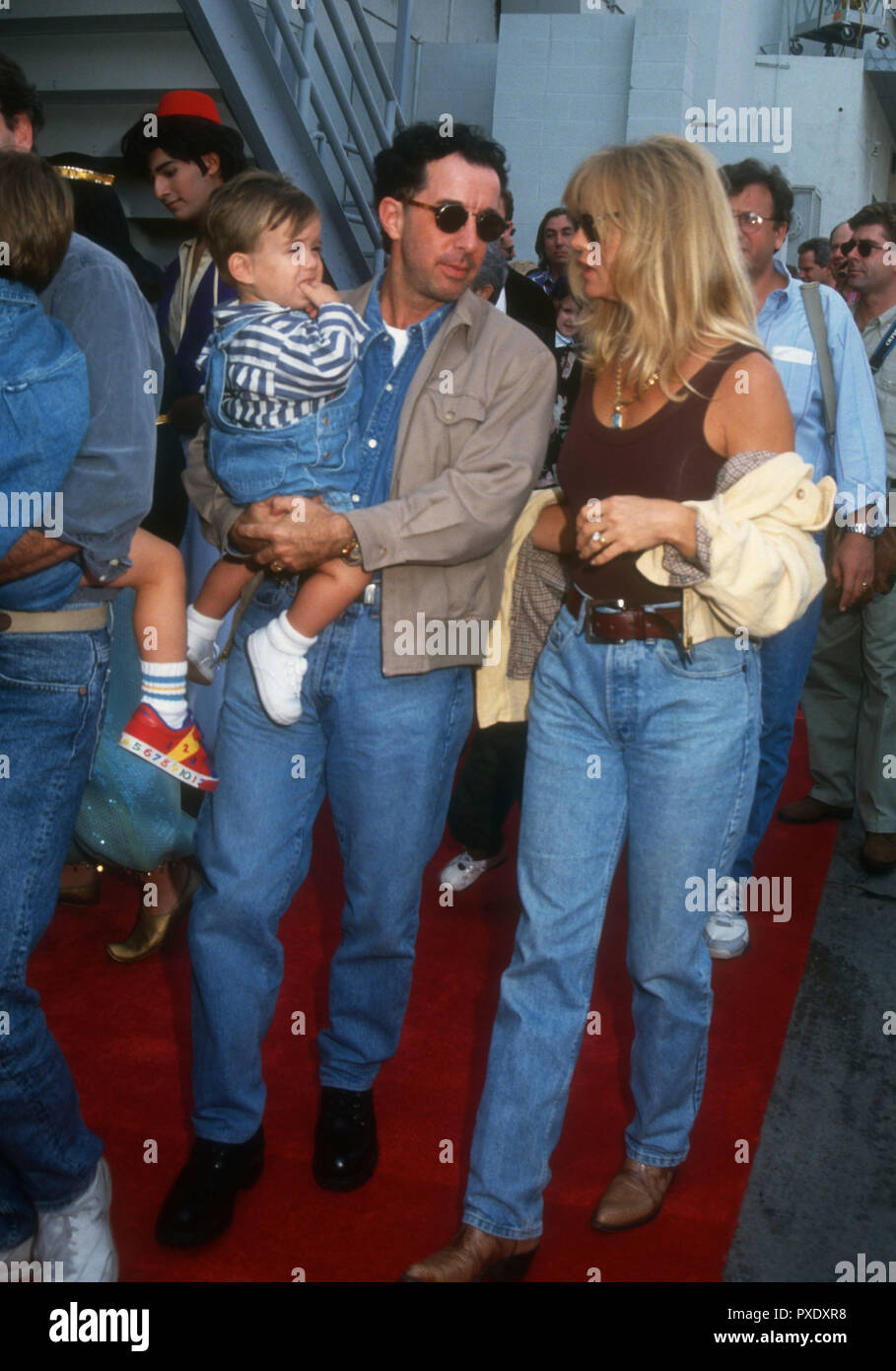 HOLLYWOOD, CA - NOVEMBER 8: Producer Mark Canton and son and actress Goldie Hawn attend Disney's 'Aladdin' Premiere on November 8, 1992 at the El Capitan Theatre in Hollywood, California. Photo by Barry King/Alamy Stock Photo - Stock Image
