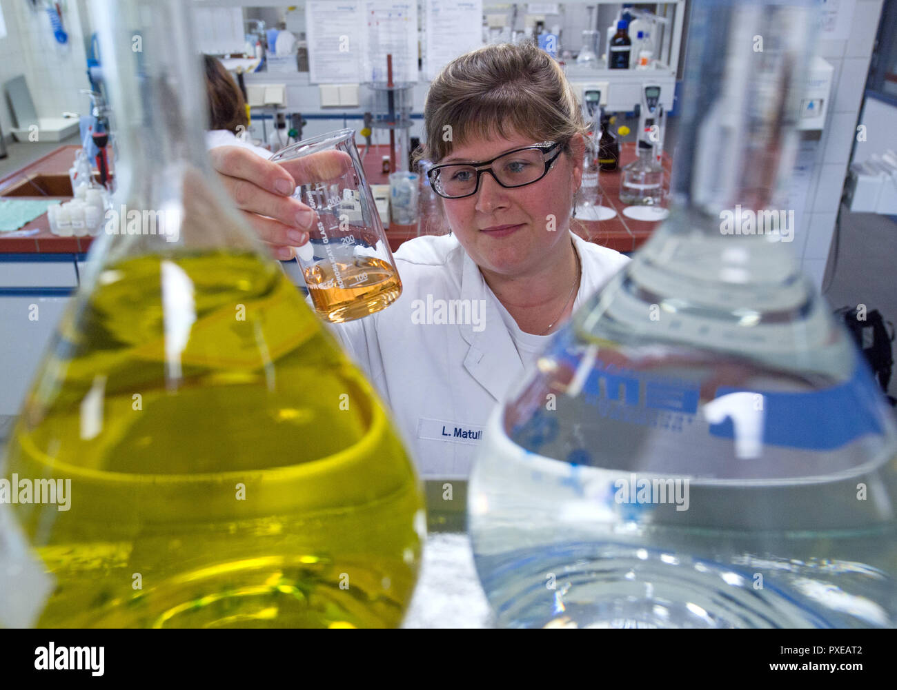 Bitterfeld Wolfen, Germany. 22nd Oct, 2018. Laboratory technician Lysann Matull determines the caustic carbonate content in brine in the laboratory of the chemical company Nouryon in the chemical park. The former AkzoNobel Specialty Chemicals now operates as an independent company under the name Nouryon. The division was taken over by the US Carlyle Group. In Bitterfeld, the company operates a chlor-alkali electrolysis plant. Credit: Hendrik Schmidt/dpa-Zentralbild/dpa - ACHTUNG: Nur zur redaktionellen Verwendung im Zusammenhang mit der Berichterstattung über Nouryon/dpa/Alamy Live News Stock Photo