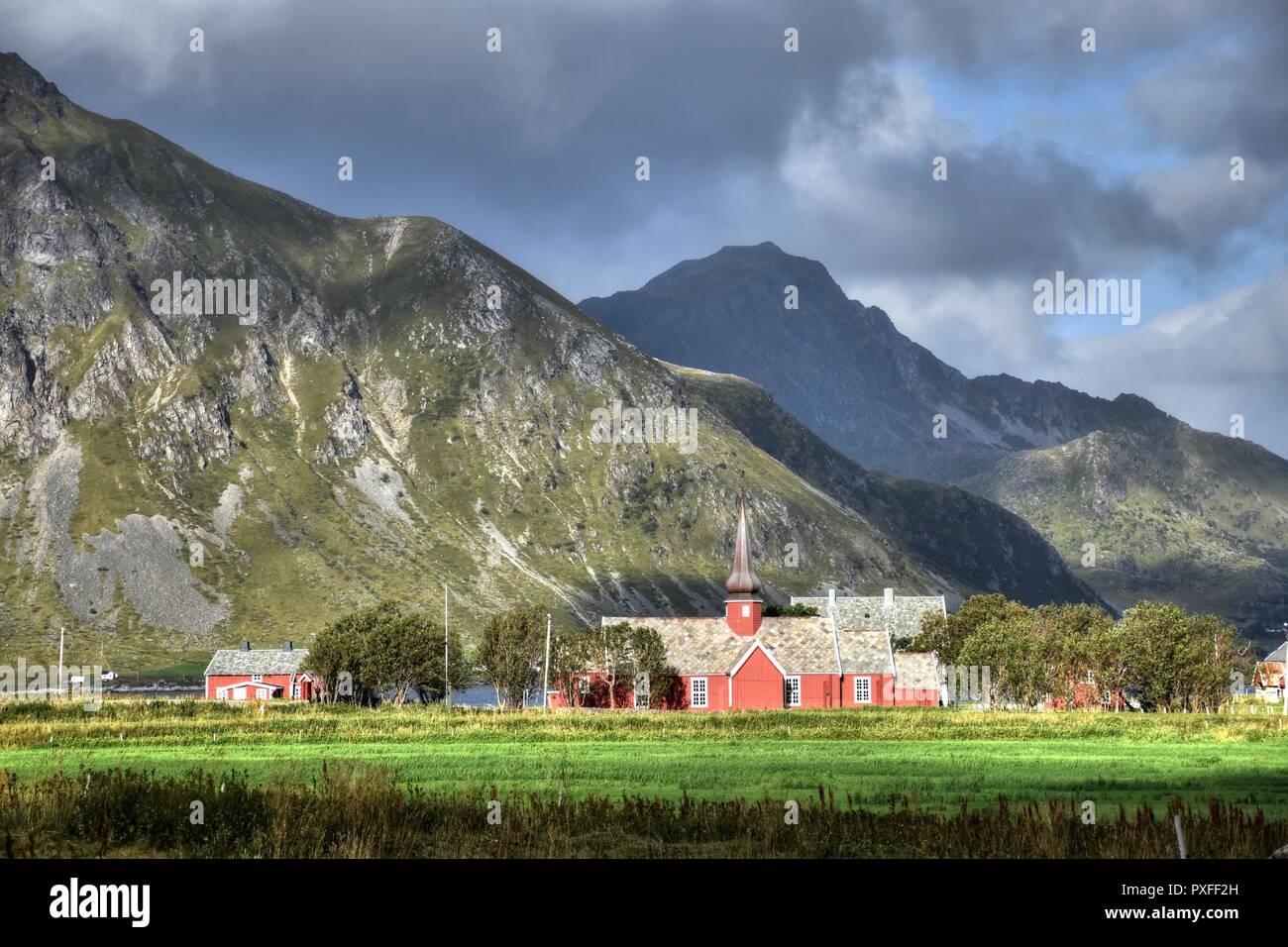 Norwegen, Lofoten, Flakstad, Flakstadpollen, Kirche, Abend, Dämmerung, Fjord, Vareisundet, Nordland, Ramberg, Flakstadøy, Moskenesøy, E10, Kong Olavs - Stock Image