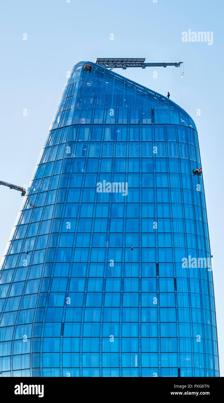 London, UK. One Blackfriars (The Vase), a 52-storey 170m high apartment block overlooking the City. Men at work high on the sheer glass facade - Stock Image