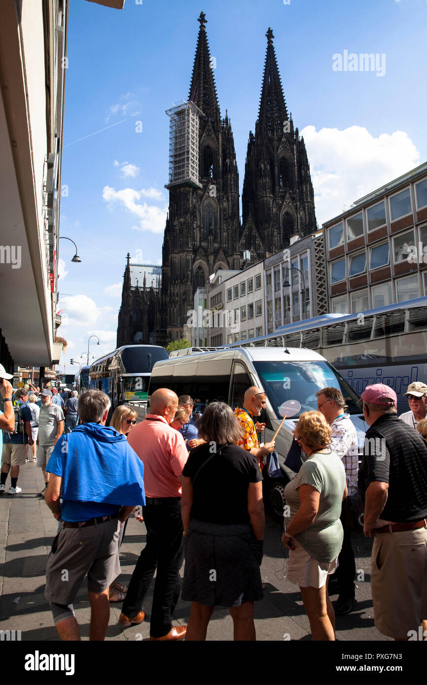 tourists near the cathedral, Cologne, Germany.  Touristen nahe Dom, Koeln, Deutschland - Stock Image