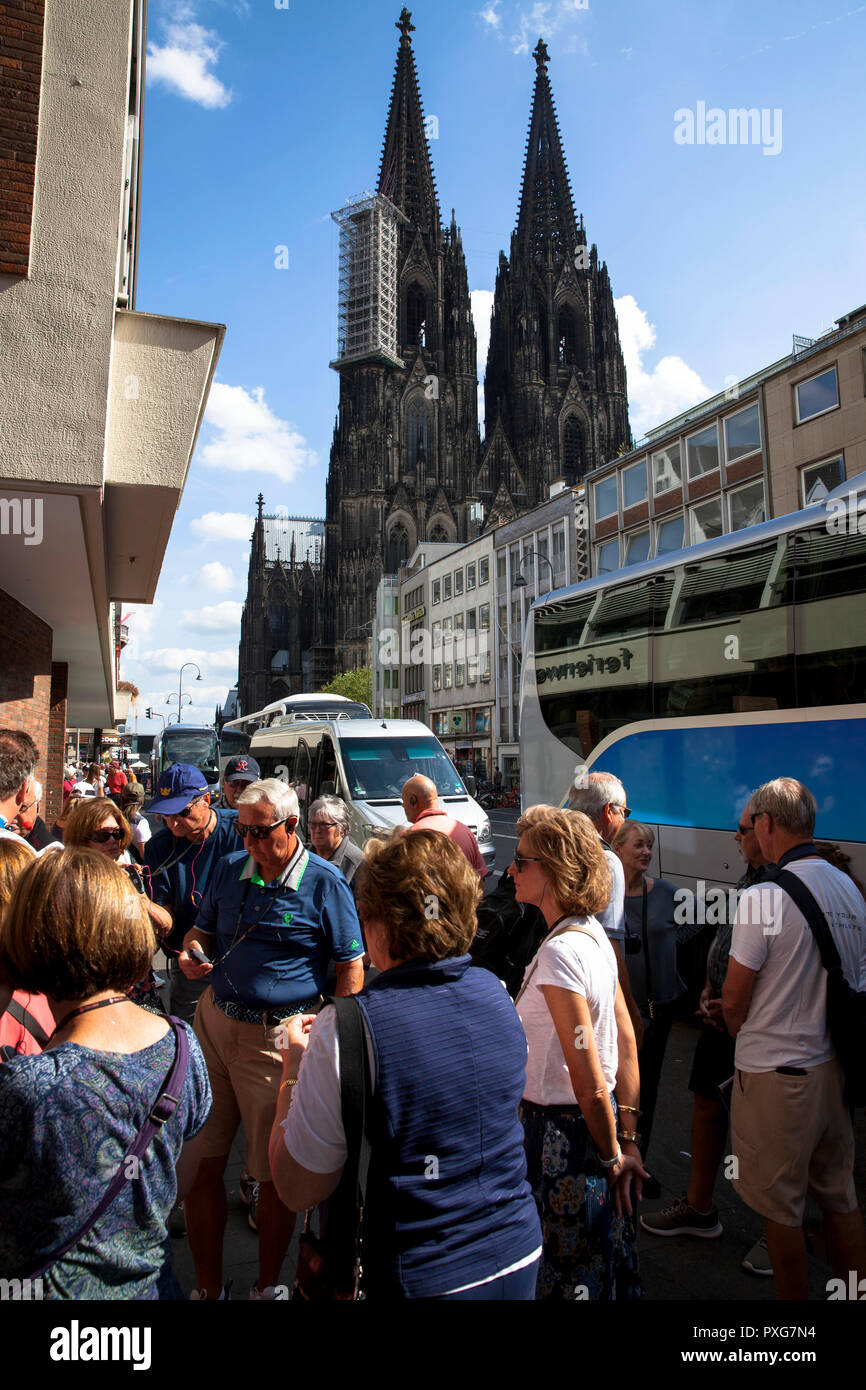 tourists near the cathedral, Cologne, Germany.  Touristen nahe Dom, Koeln, Deutschland. - Stock Image