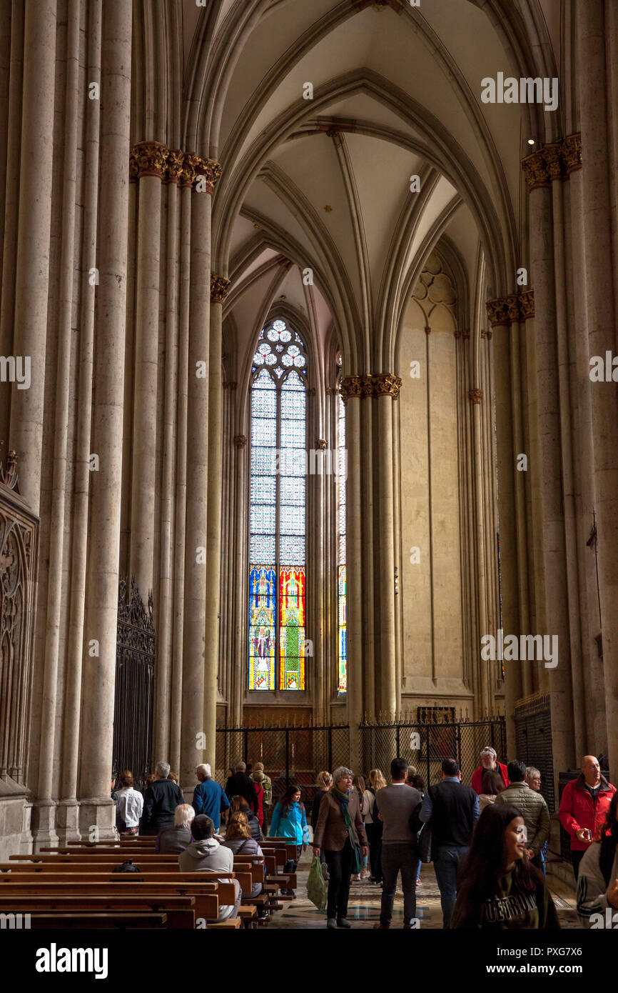 visitors inside the cathedral, choir, Cologne, Germany.  Besucher im Dom, Chorbereich, Koeln, Deutschland. - Stock Image
