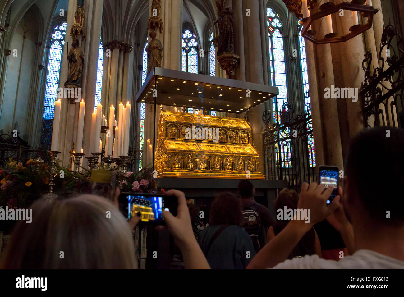visitors take pictures of the shrine of the Three Magi at the cathedral, Cologne, Germany.  Besucher fotografieren den Dreikoenigsschrein im Dom, Koel - Stock Image