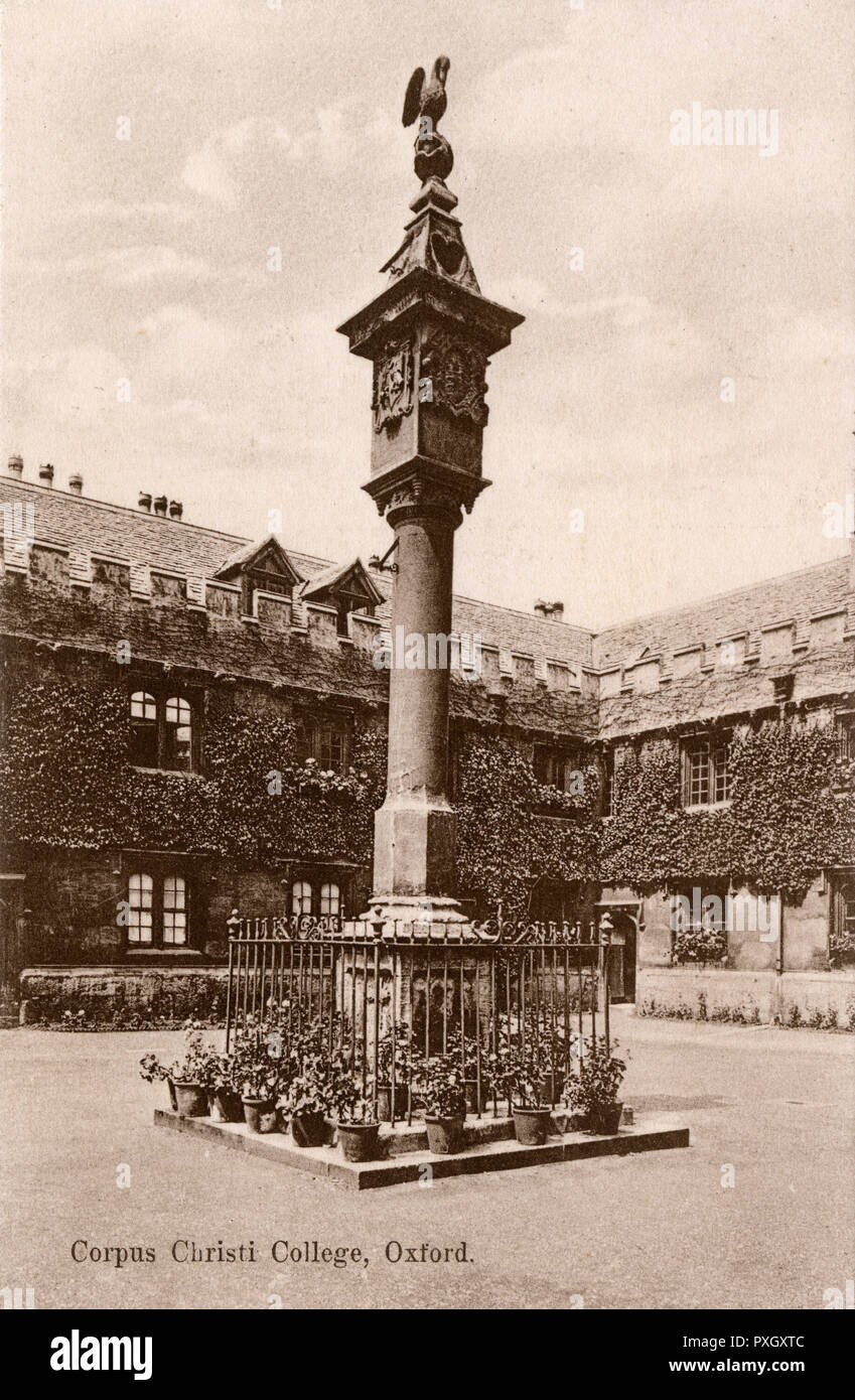 The quandrangle of Corpus Christi College, Oxford. The pelican sundial is surrounded by potted plants in the centre of the quad. - Stock Image
