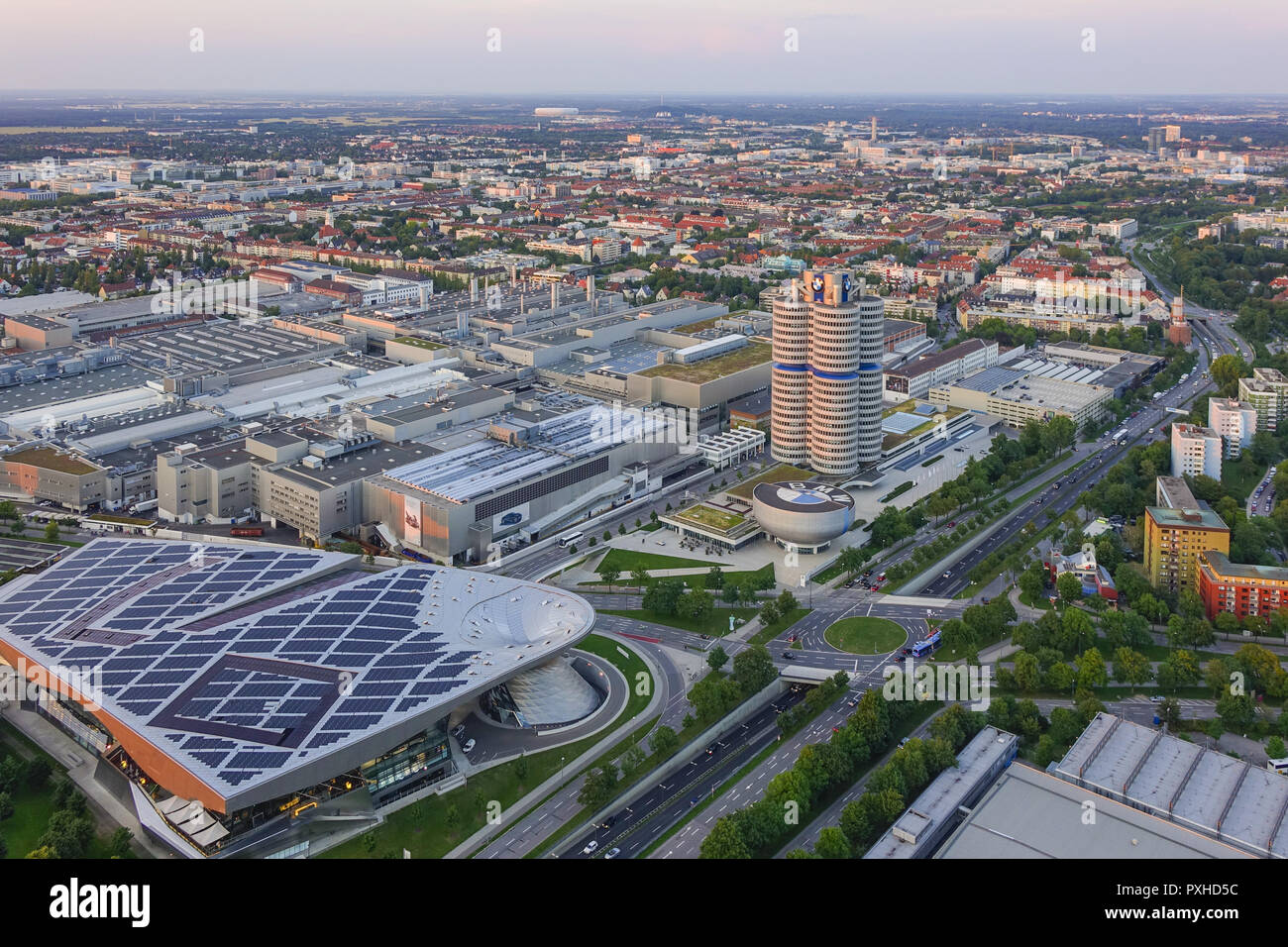 Blick auf die BMW-Welt und Hauptverwaltung 'BMW-Vierzylinder', München, Bayern, Deutschland, Europa, Look at the BMW Welt and Headquarters 'BMW four-c - Stock Image