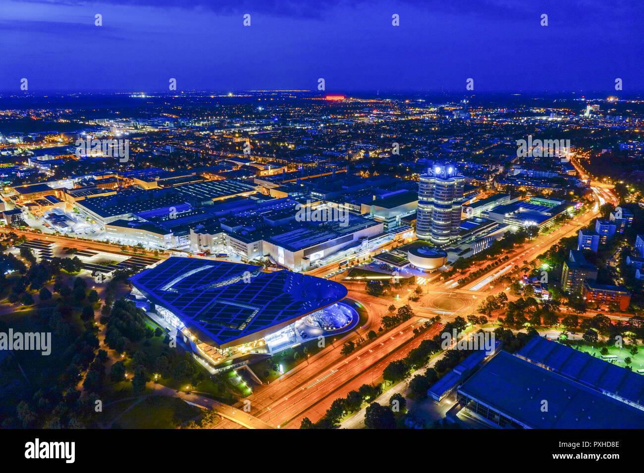 Blick auf die BMW-Welt und Hauptverwaltung 'BMW-Vierzylinder', München, Bayern, Deutschland, Europa, Look at the BMW Welt and Headquarters 'BMW four-c - Stock Image
