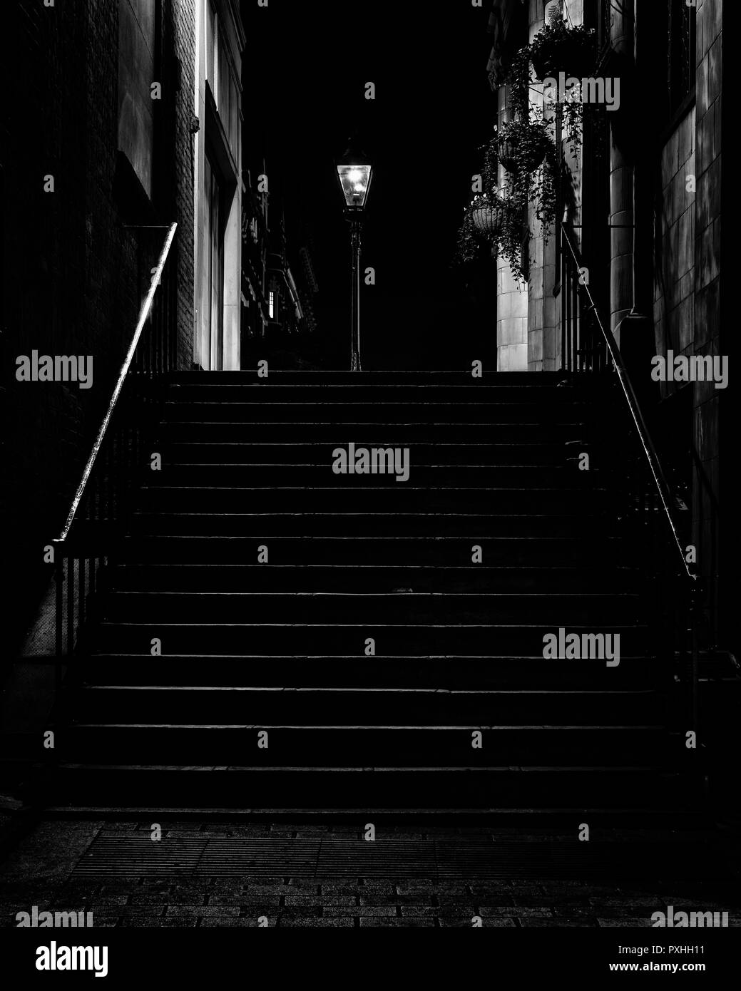 Night image of a streetlamp at the top of the steps from Carting Lane up to The Strand, London, England - Stock Image