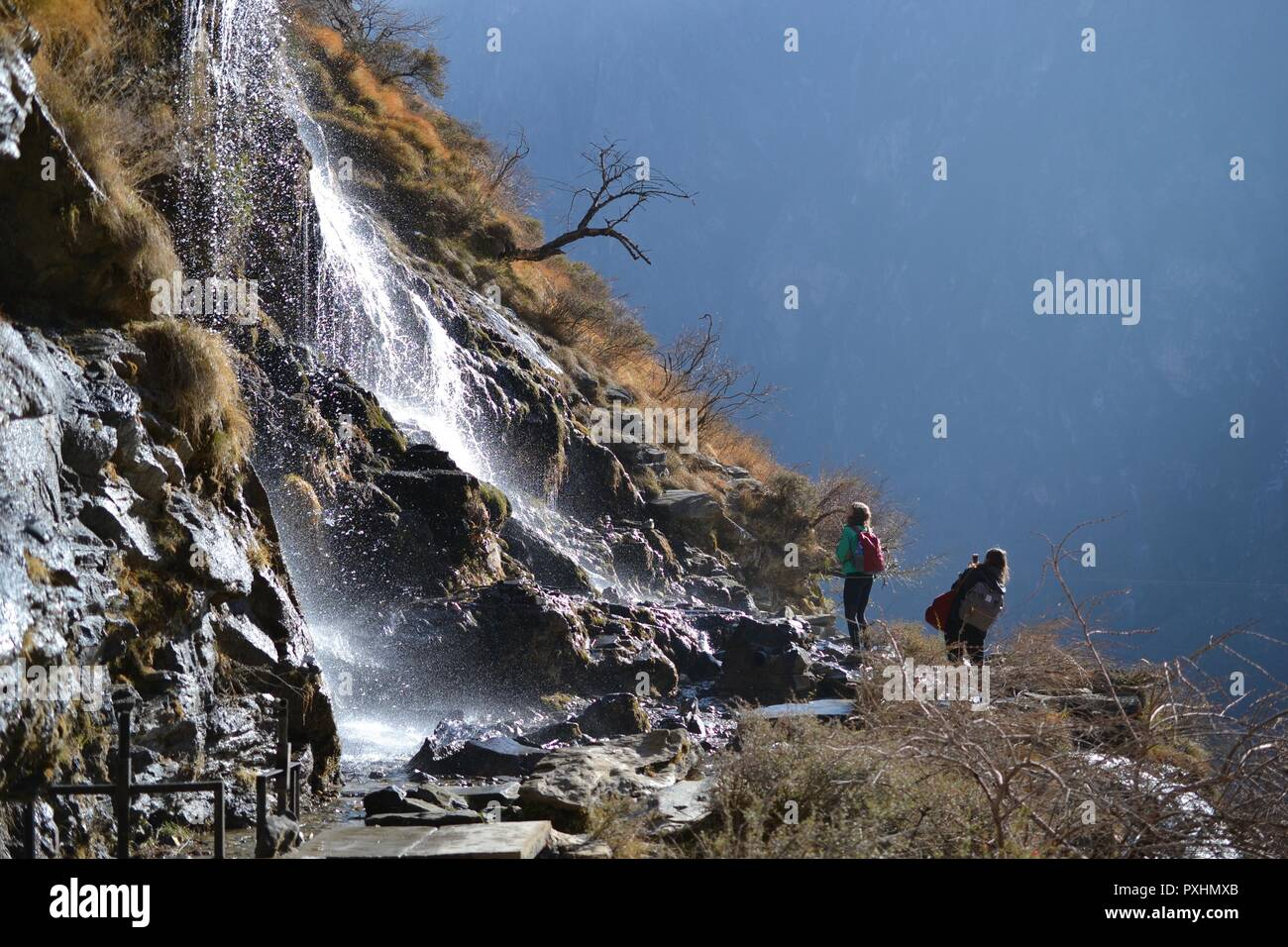 Hiking in Tiger Leaping Gorge. Mountains and river. Between Xianggelila and Lijiang City, Yunnan Province, Tibet, China. - Stock Image