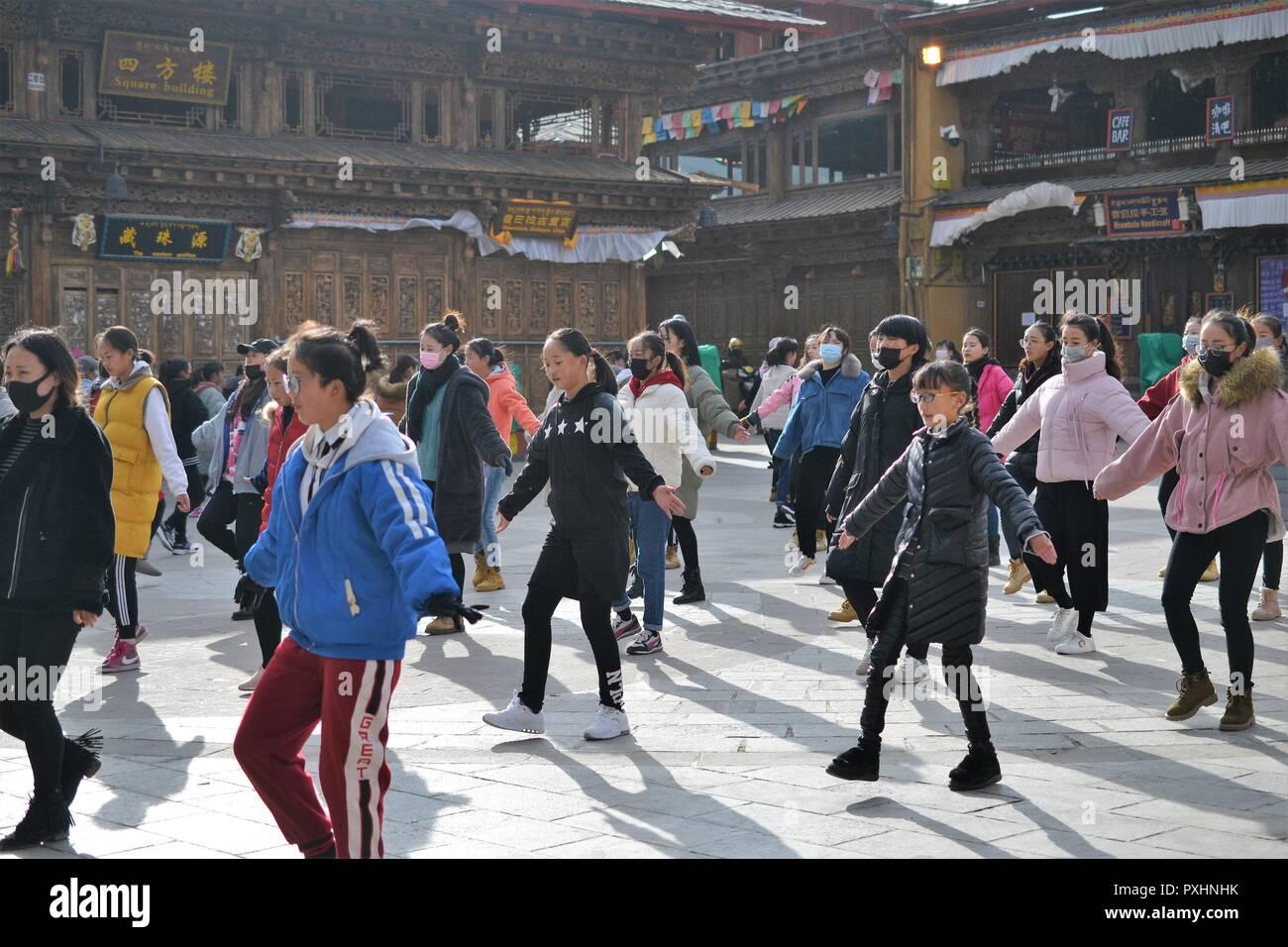 Chinese Tibetan girls dancing in old town Shangri La, Xianggelila, Yunnan, China - Stock Image