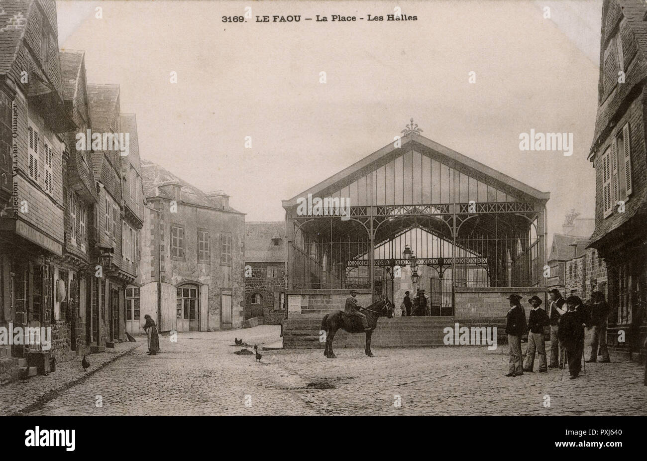 Le Faouet, Brittany, France - La Place - Les Halles (Covered Market) - sadly no longer standing (although the rest of the buildings are unchanged to this day).     Date: circa 1902 - Stock Image