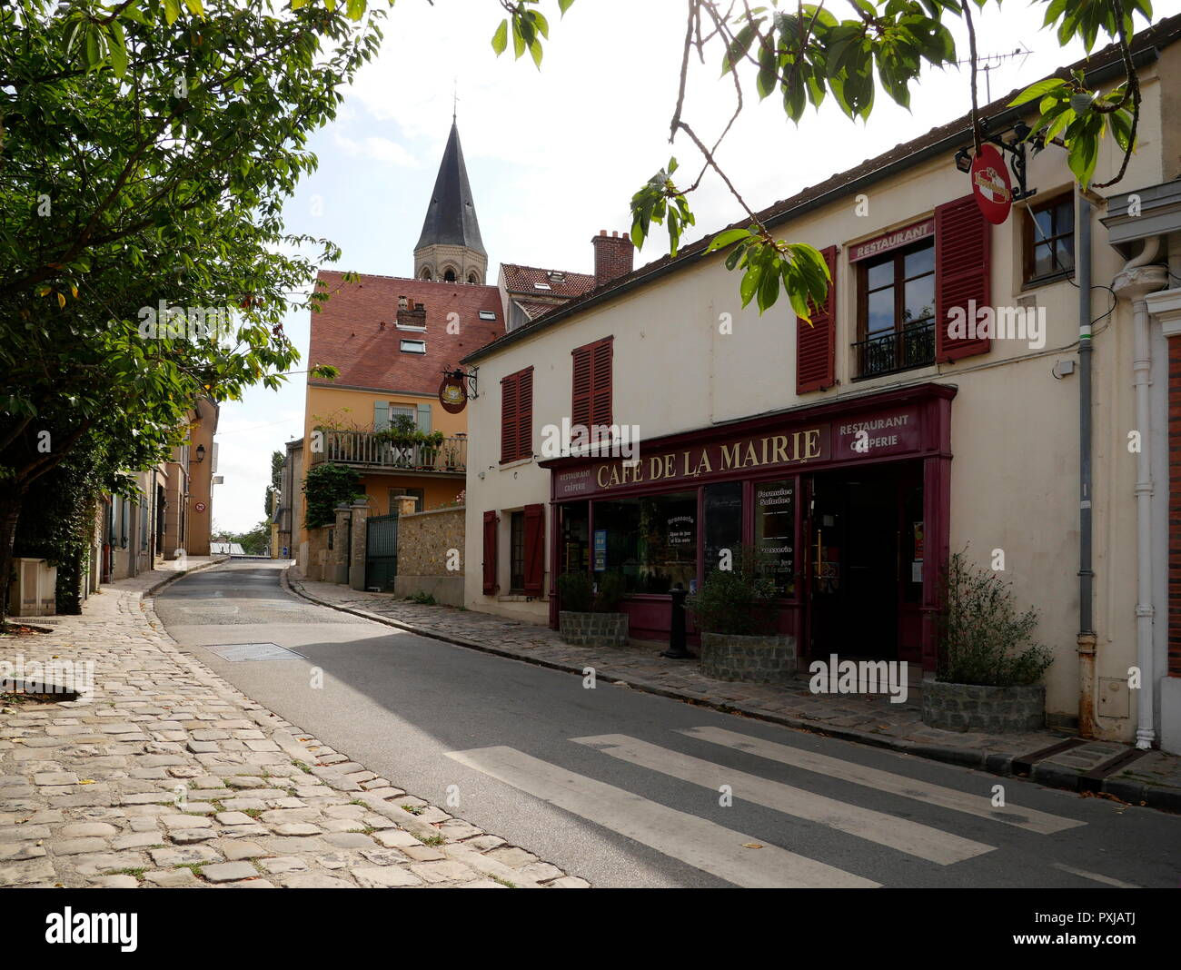 AJAXNETPHOTO. LOUVECIENNES, FRANCE. - CHURCH - EGLISE SAINT-MARTIN - DOMINATES THE CENTRE OF THE VILLAGE. FOREGROUND RIGHT IS THE CAFE DE MARIE.